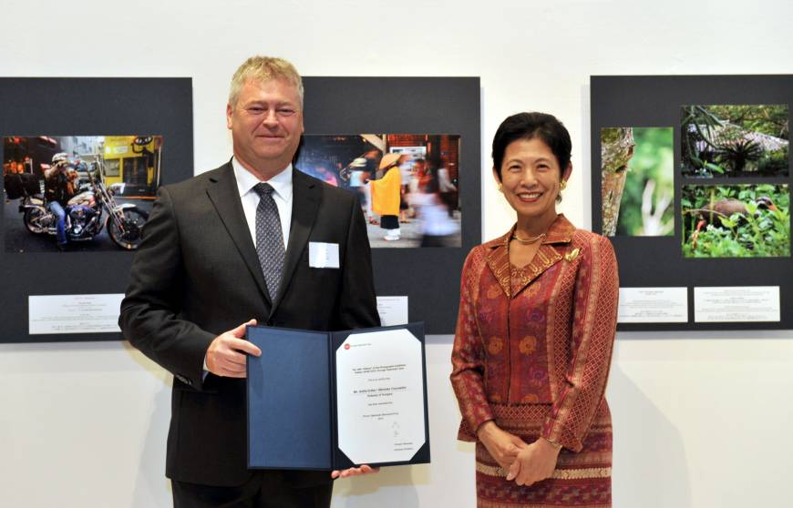 The 'Hidden Japan 2015 — through Diplomats' Eyes' photo exhibition award ceremony took place at Roppongi Hills in Tokyo on Oct. 8. Attila Erdos, minister counsellor from the Hungarian Embassy receives the Prince Takamado Memorial Prize from Princess Takamado.