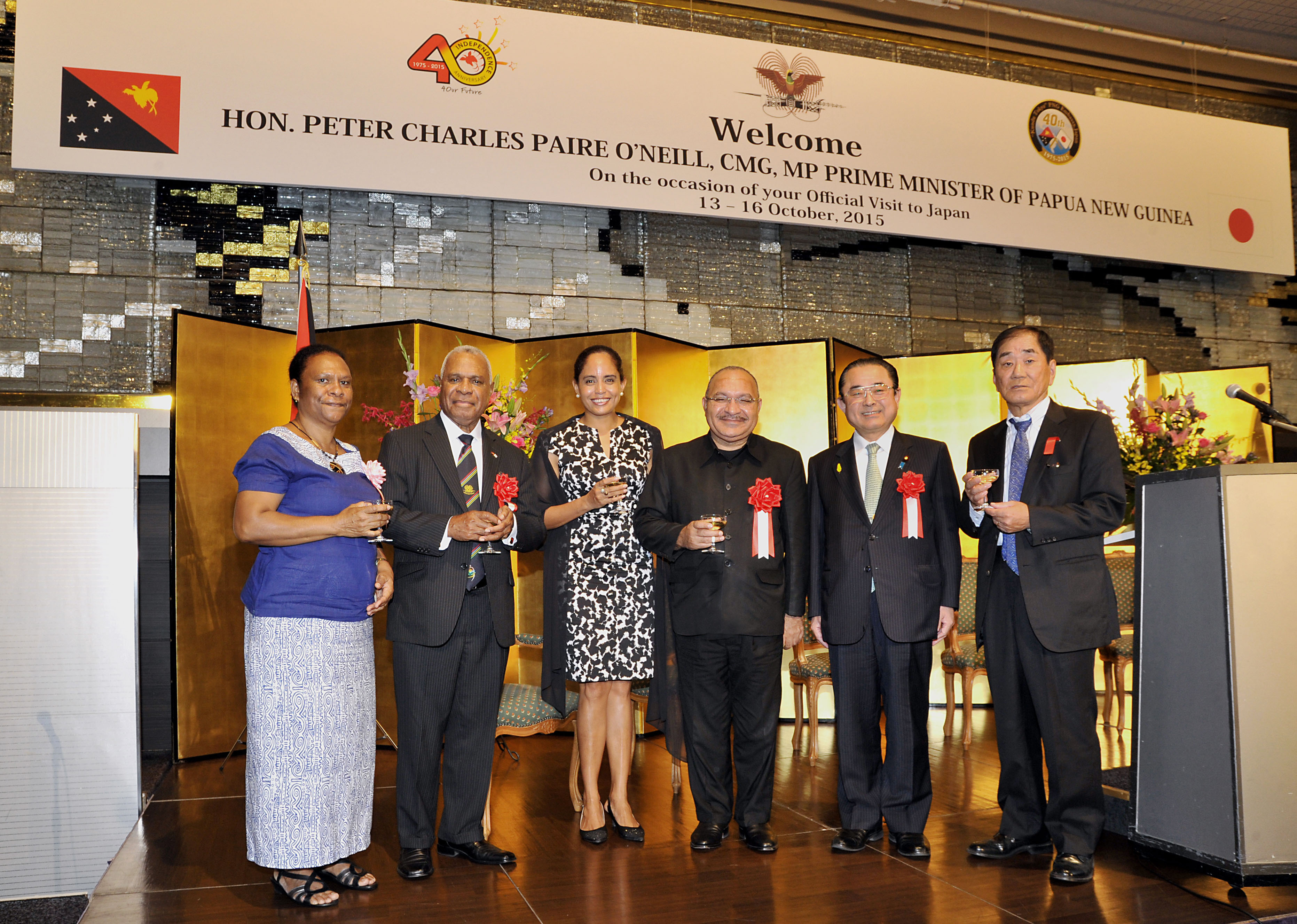 Papua New Guinea Prime Minister Peter O'Neill (third from right) and his wife Lynda Babao (third from left) pose with, from left, Anna Dusava, wife of the Papua New Guinean ambassador; Papua New Guinea Ambassador Gabriel Dusava; Chairman of the Japan-PNG Parliamentary League Kazunori Tanaka; and the Chairman of the Japan-PNG Association Katsuo Yamashita at a reception on Oct. 13, during O'Neill's official working visit to Japan.   YOSHIAKI MIURA