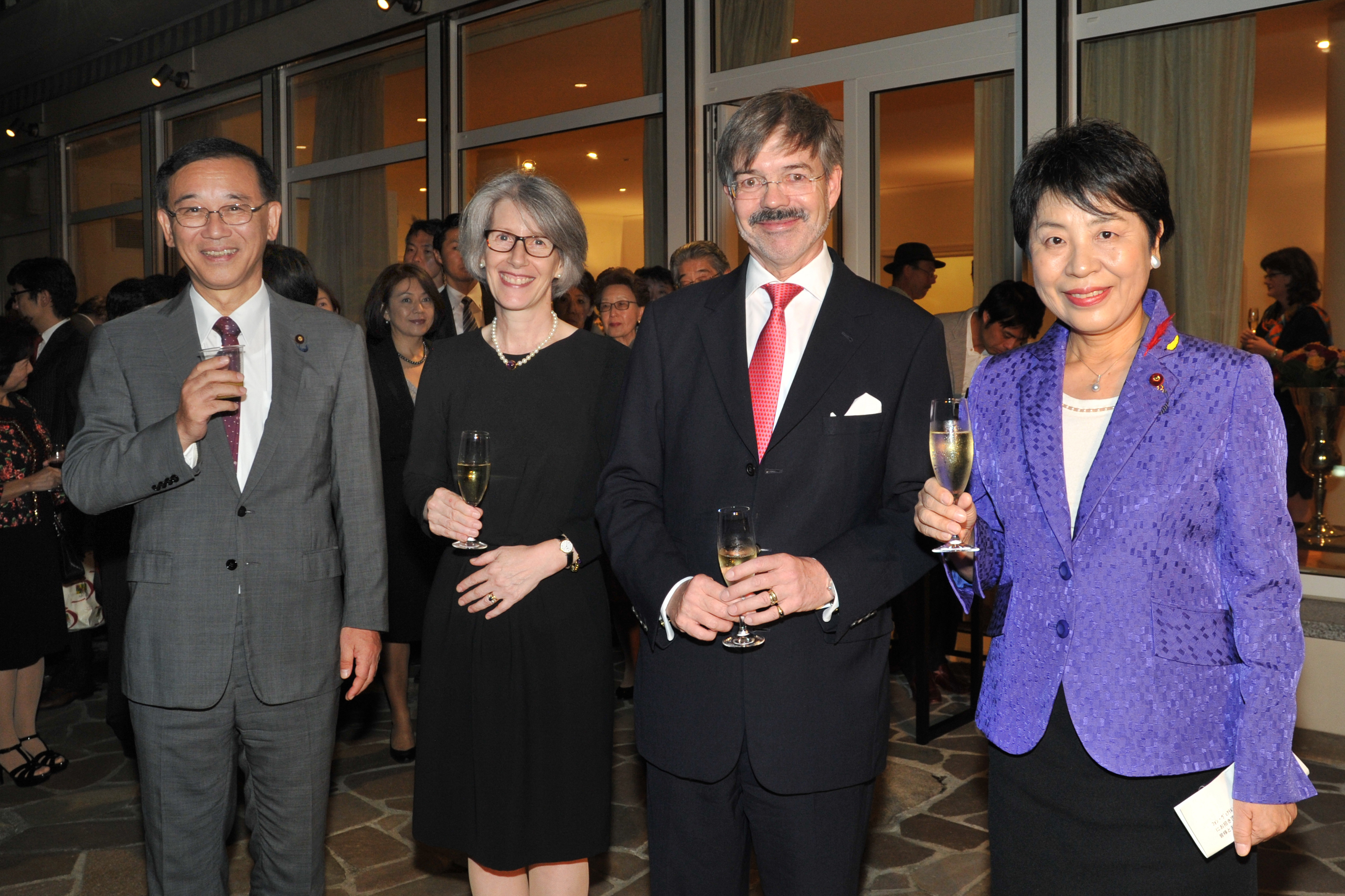German Ambassador Hans Carl von Werthern (second from right), and his wife, Elizabeth (second from left), join Secretary-General of the Liberal Democratic Party and former Justice Minister Sadakazu Tanigaki (left) and former Justice Minister Yoko Kamikawa (right), during a reception to celebrate the Day of German Unity at the ambassador's residence in Tokyo on Oct. 2. | YOSHIAKI MIURA