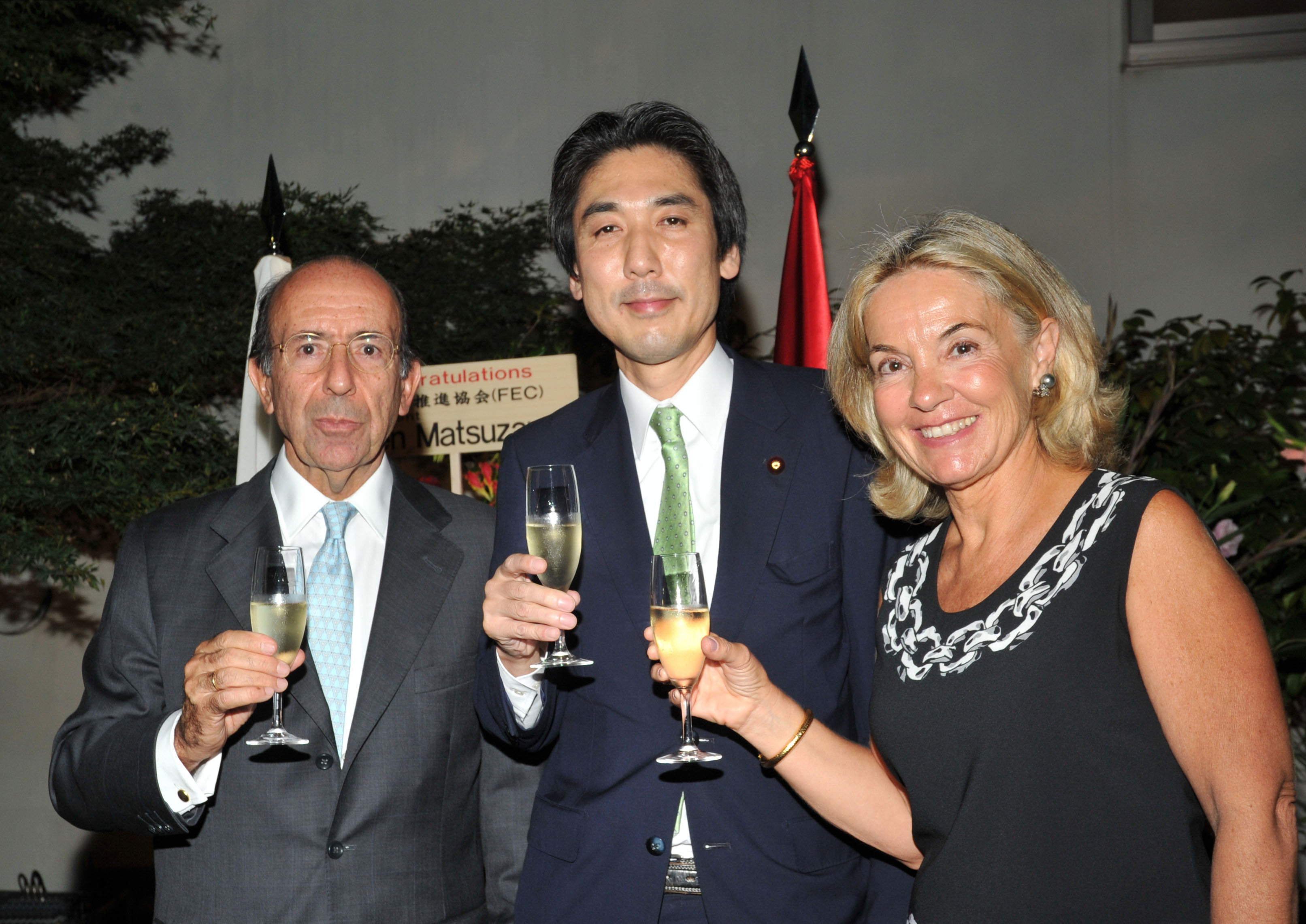 Spanish Ambassador Gonzalo de Benito (left) and his wife, Esther  share a toast with former State Minister for Foreign Affairs Minoru Kiuchi, during a reception to celebrate the country's National Day at the embassy in Tokyo on Oct. 15. | YOSHIAKI MIURA