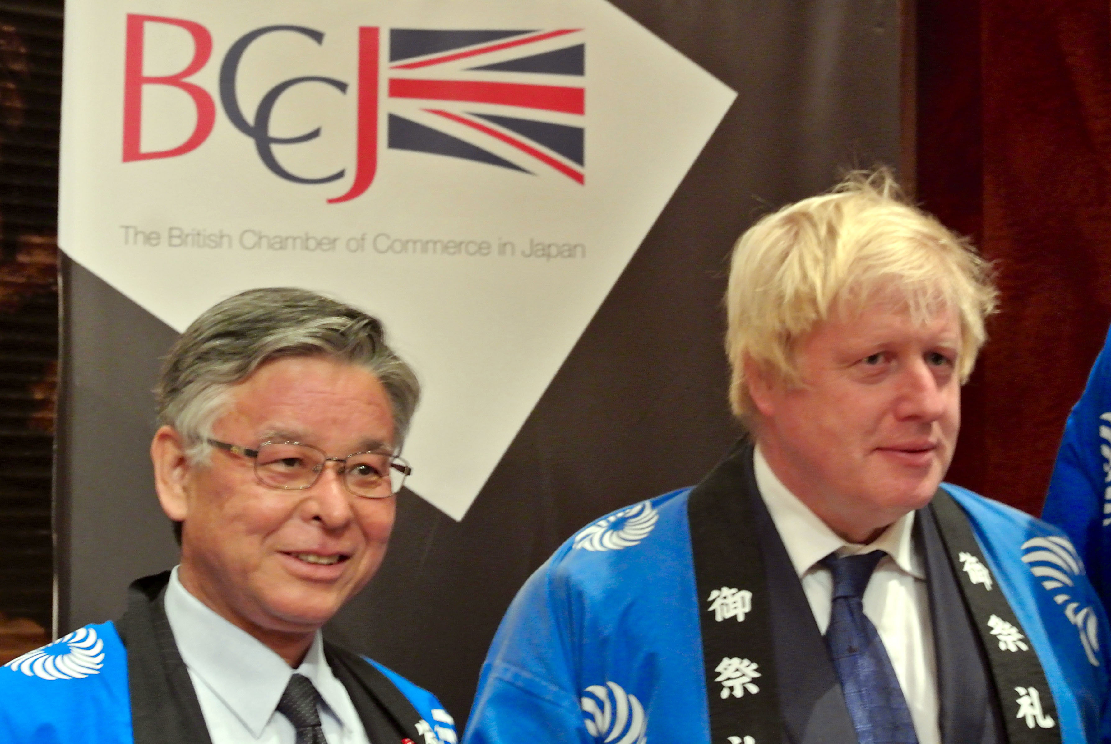 Japan National Tourism Organization President Ryoichi Matsuyama (left) and Mayor of London Boris Johnson prepare to take part in a ceremony to break open a sake barrel at the ANA InterContinental Hotel on Oct. 15 as part of a British Chamber of Commerce in Japan event. | BCCJ NINA OIKI