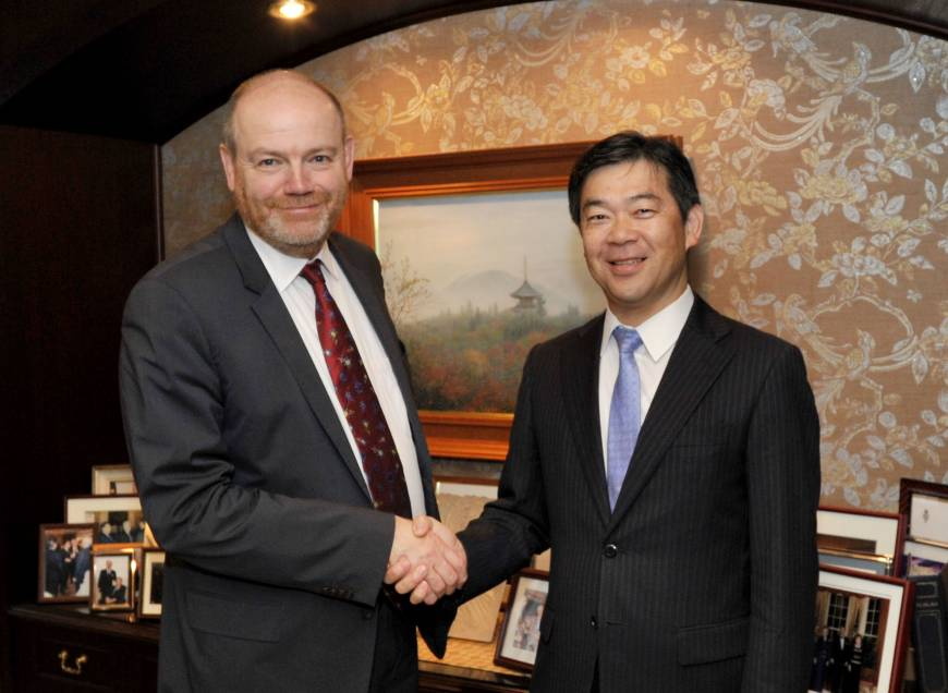 The New York Times Company Chief Executive Officer Mark Thompson shakes hands with The Japan Times President Takeharu Tsutsumi, Sept. 25. Following a meeting at The Japan Times offices, both expressed great satisfaction with their ongoing publishing tie-up.