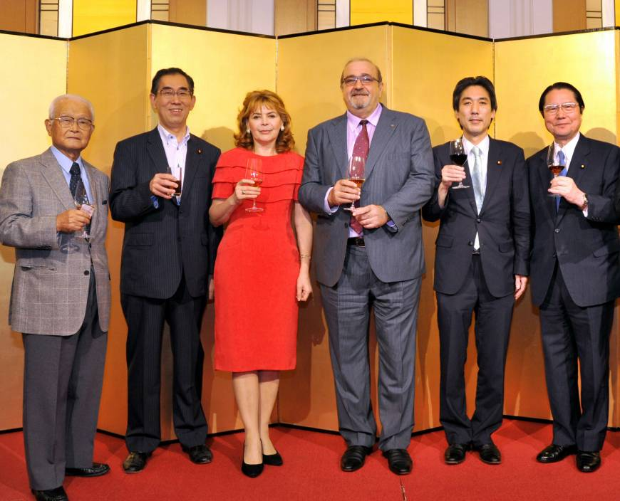 Armenian Ambassador Grant Pogosyan (third from right) and his wife, Natalia prepare to toast with, from left, Sumio Edamura, chairman of Japan-Armenia Friendship Association; Takeshi Matsumoto, former foreign minister; State Minister for Foreign Affairs Minoru Kiuchi; and Seishiro Eto, chairman of Japan-Armenia Parliamentary Friendship League during a reception to celebrate the 24th anniversary of independence of the Republic of Armenia at the Hotel Okura Tokyo on Sept. 24.