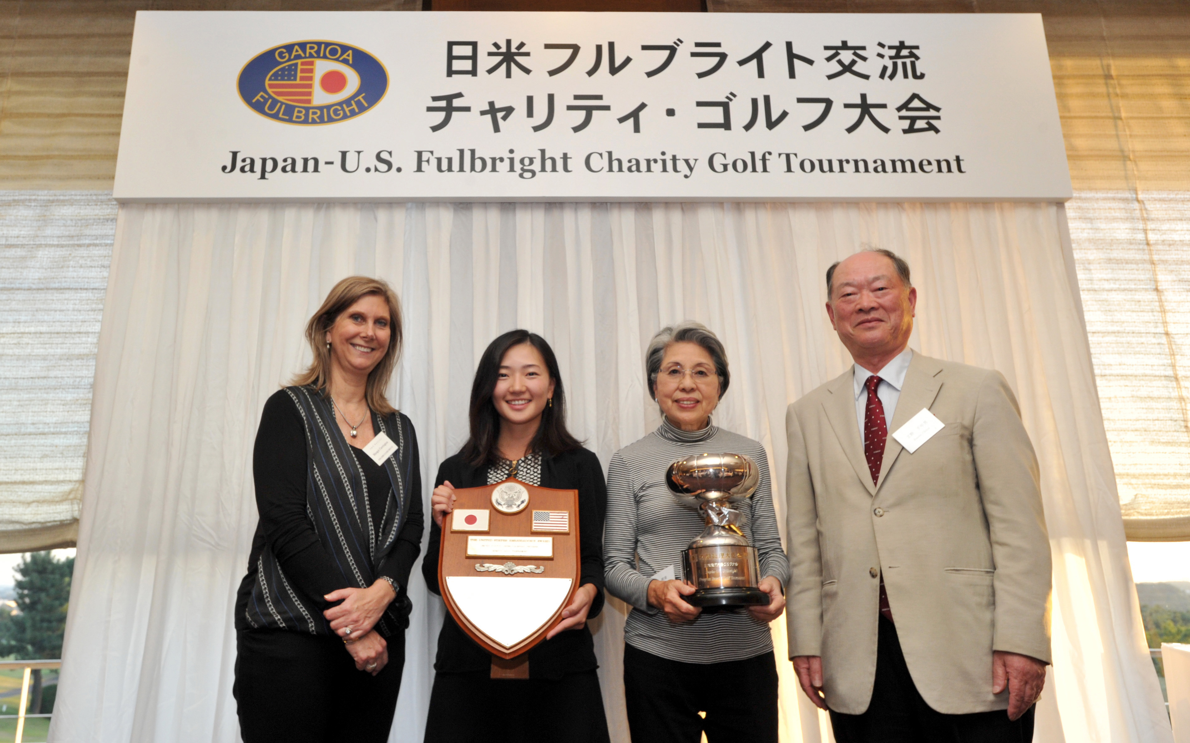 Terumi Fujisaki (second from right) won the Prime Minister's Cup, while Sari Ichise (second from left) was awarded the U.S. Ambassador's Plaque, at the 39th annual Japan-U.S. Fulbright Charity Golf Tournament at the Totsuka Country Club in Kanagawa Prefecture on Oct. 26. Also pictured are the U.S. Embassy's Minister Counselor for Public Affairs Margot Carrington (left) and Fulbright Alumni Association of Japan President Chitoo Bunno.   YOSHIAKI MIURA