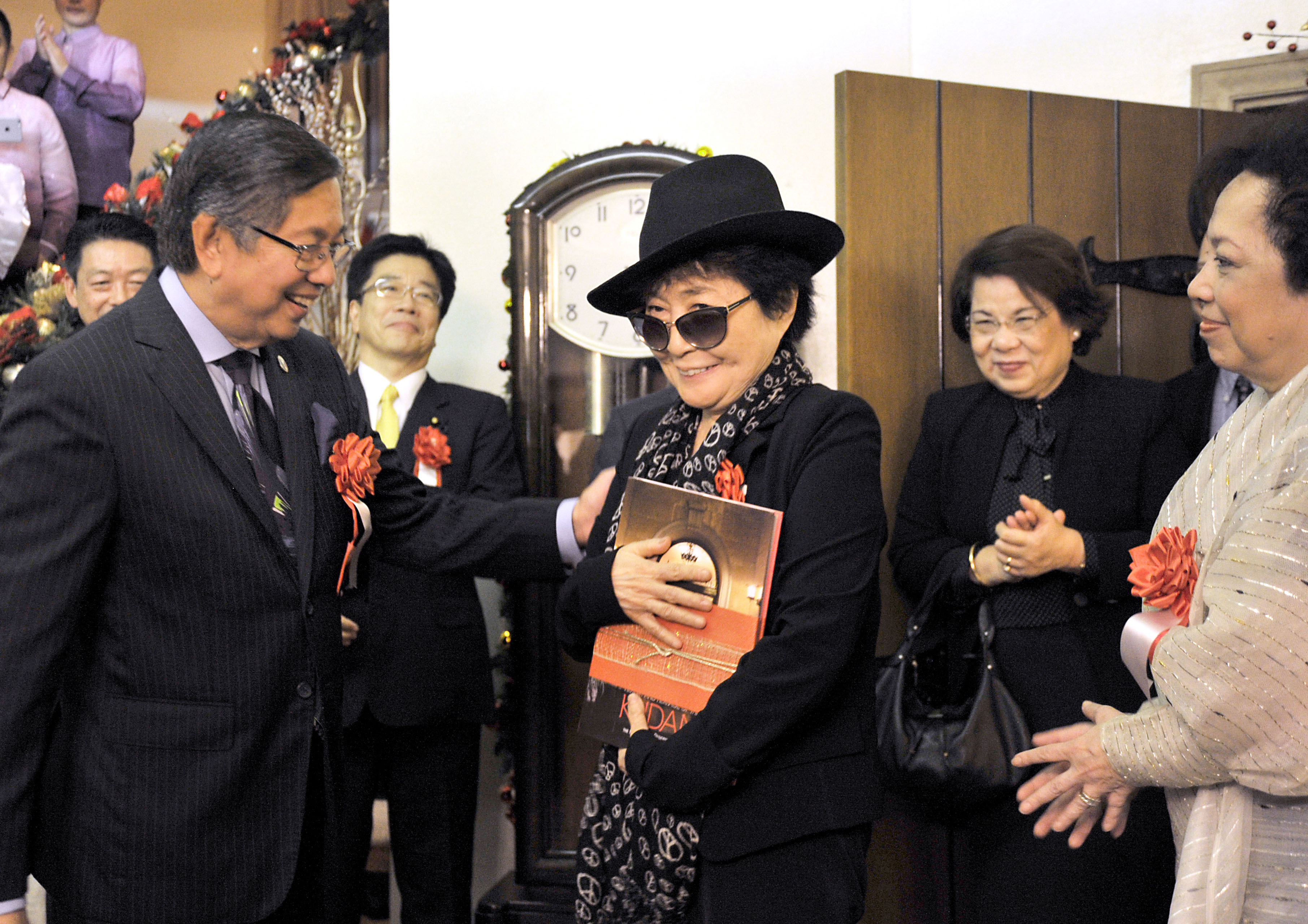 """The Embassy of the Philippines held a launch party for the book """"History and Heritage of The Kudan: The Official Residence of the Philippine Ambassador to Japan"""" on Nov. 10. Yoko Ono (center), who lived in the home as a child, accepts a copy of the book from Philippine Ambassador Manuel M. Lopez (left). 