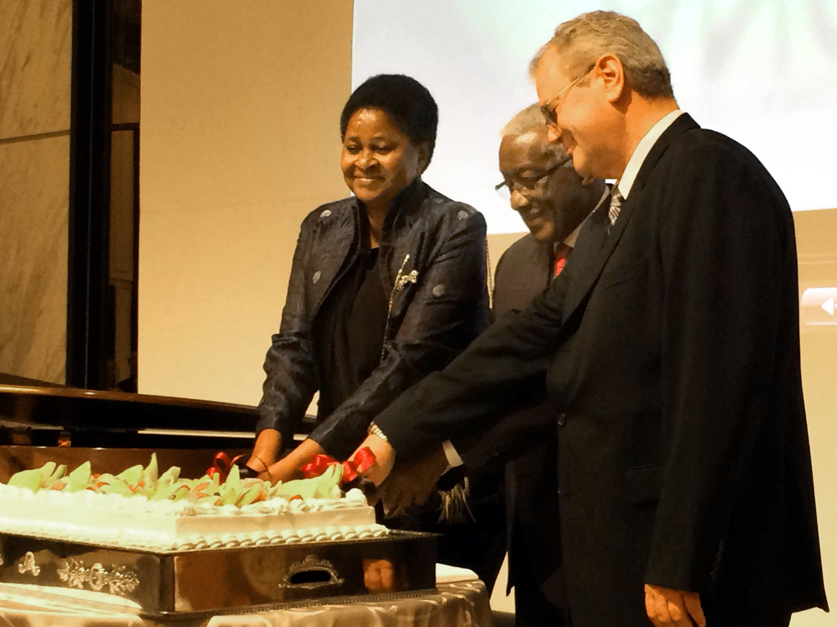 Angola Ambassador Joao Miguel Vahekeni (center) is joined in a cake-cutting ceremony by Namibia Ambassador Sophia Namupa Nangombe (left) and Albert X. Kirchman, president & CEO Head of Daimler Trucks Asia, during a reception to celebrate Angola's 40th Anniversary of Independence at the Tokyo Marriott Hotel on Nov. 11. | KAORU KUWABARA