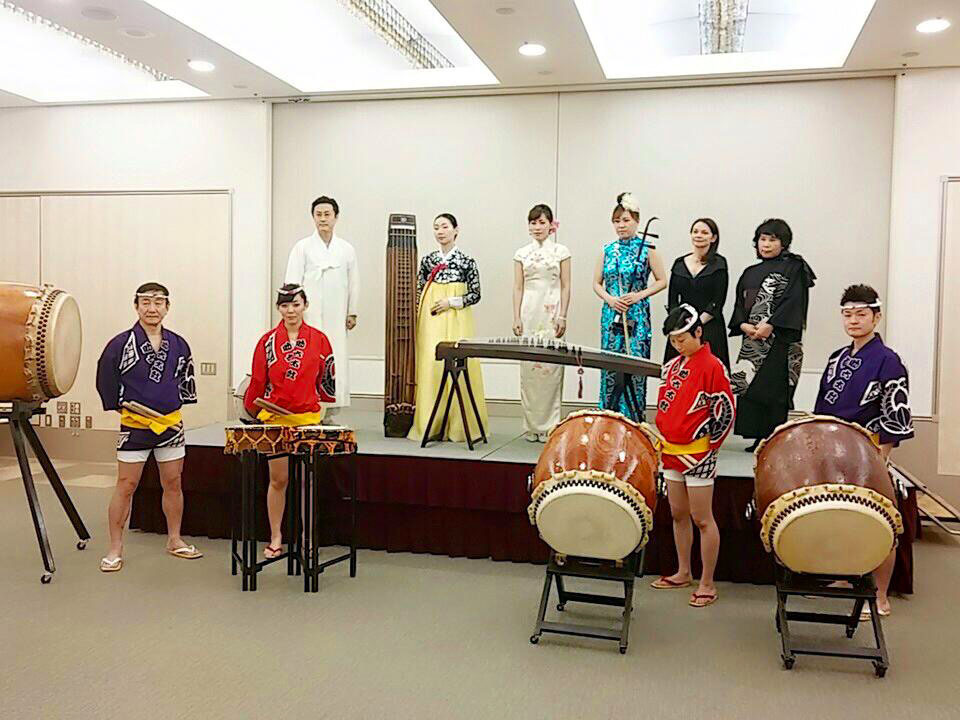 The 24th Kishiko International Music Concert commemorating the 50th anniversary of the normalization of diplomatic relations between Japan and Korea, featuring Korean, Chinese and Japanese traditional instruments, was held at the Japan-China Friendship Center in Bunkyo Ward, Tokyo, on Nov. 29. Back row, from left: Korean musicians Lee Chang-seop and Bark San-young, Chinese musicians Wang Ming and Wang Jing, French emcee Annie Ragot and Kishiko Kawaguchi, head of the Worldject International Music NPO; Front row, Japanese musicians from the Sukeroku Daiko Group | WORLDJECT INTERNATIONAL MUSIC NPO