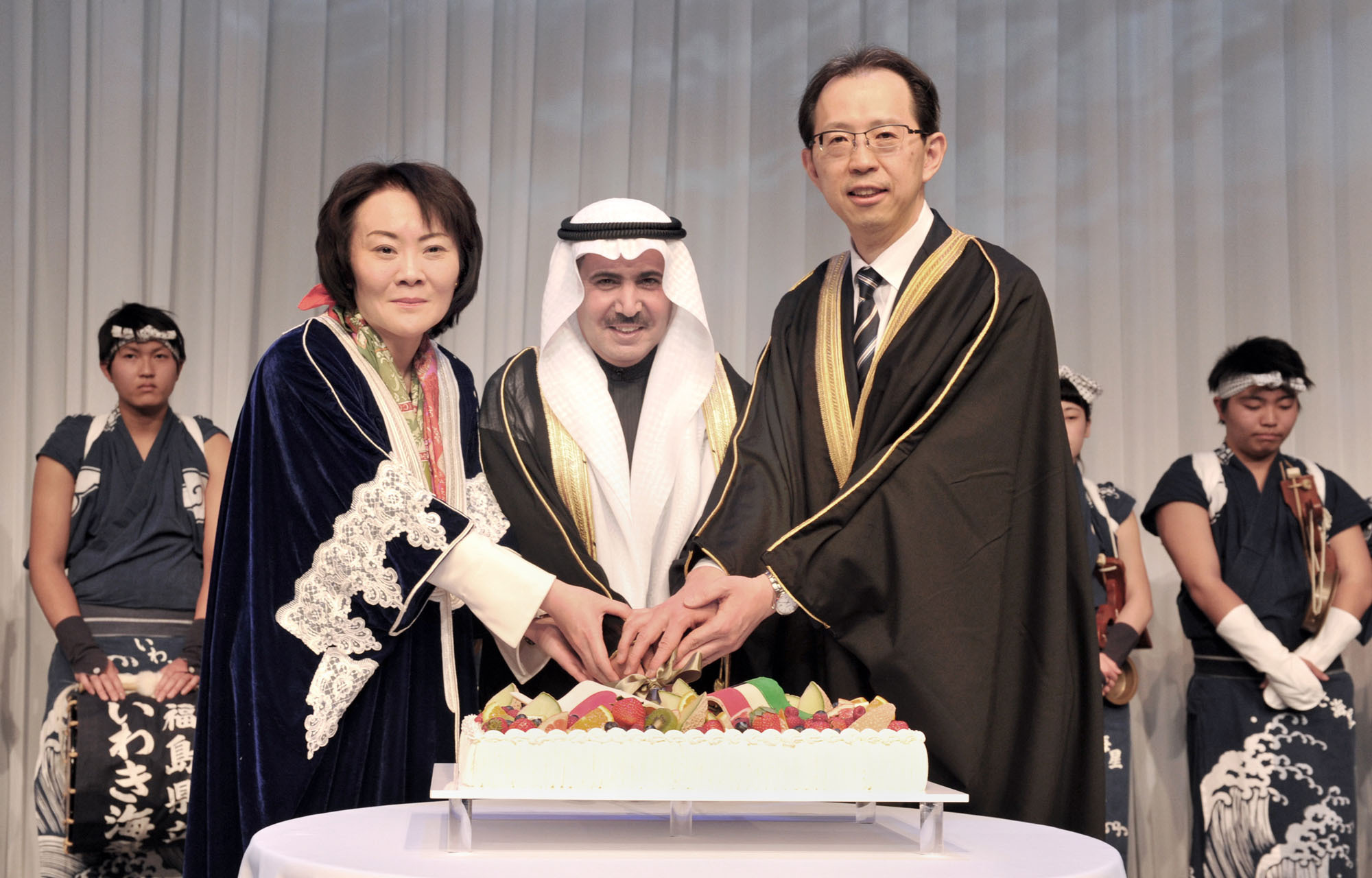 Kuwait Ambassador Abdul Rahman Humood Al-Otaibi (center) cuts a cake with Parliamentary Vice-Minister for Foreign Affairs Miki Yamada (left) and Fukushima Prefecture Gov. Masao Uchibori, during a reception to celebrate the country's 55th National Day and the 25th Anniversary of the Liberation of the State of Kuwait at the Palace Hotel, in Tokyo on Feb. 22. | YOSHIAKI MIURA