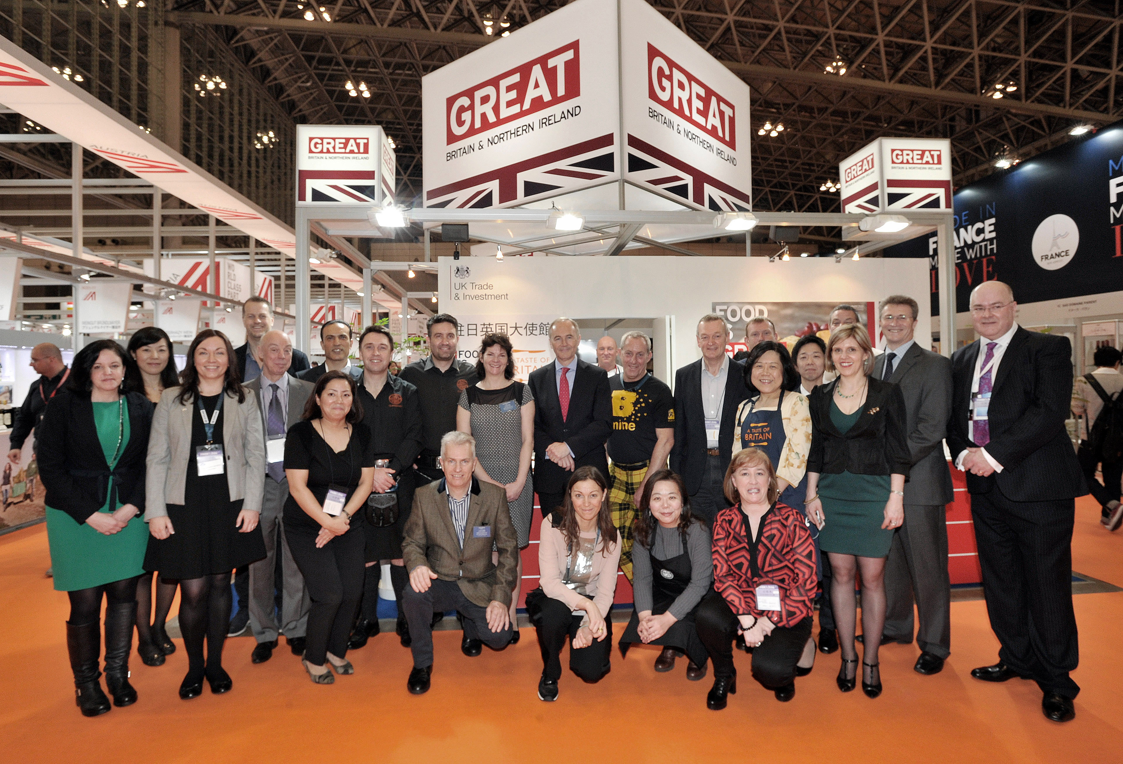 British Ambassador Timothy Hitchens (center), embassy staff and participants pose in front of the U.K. pavilion. | YOSHIAKI MIURA