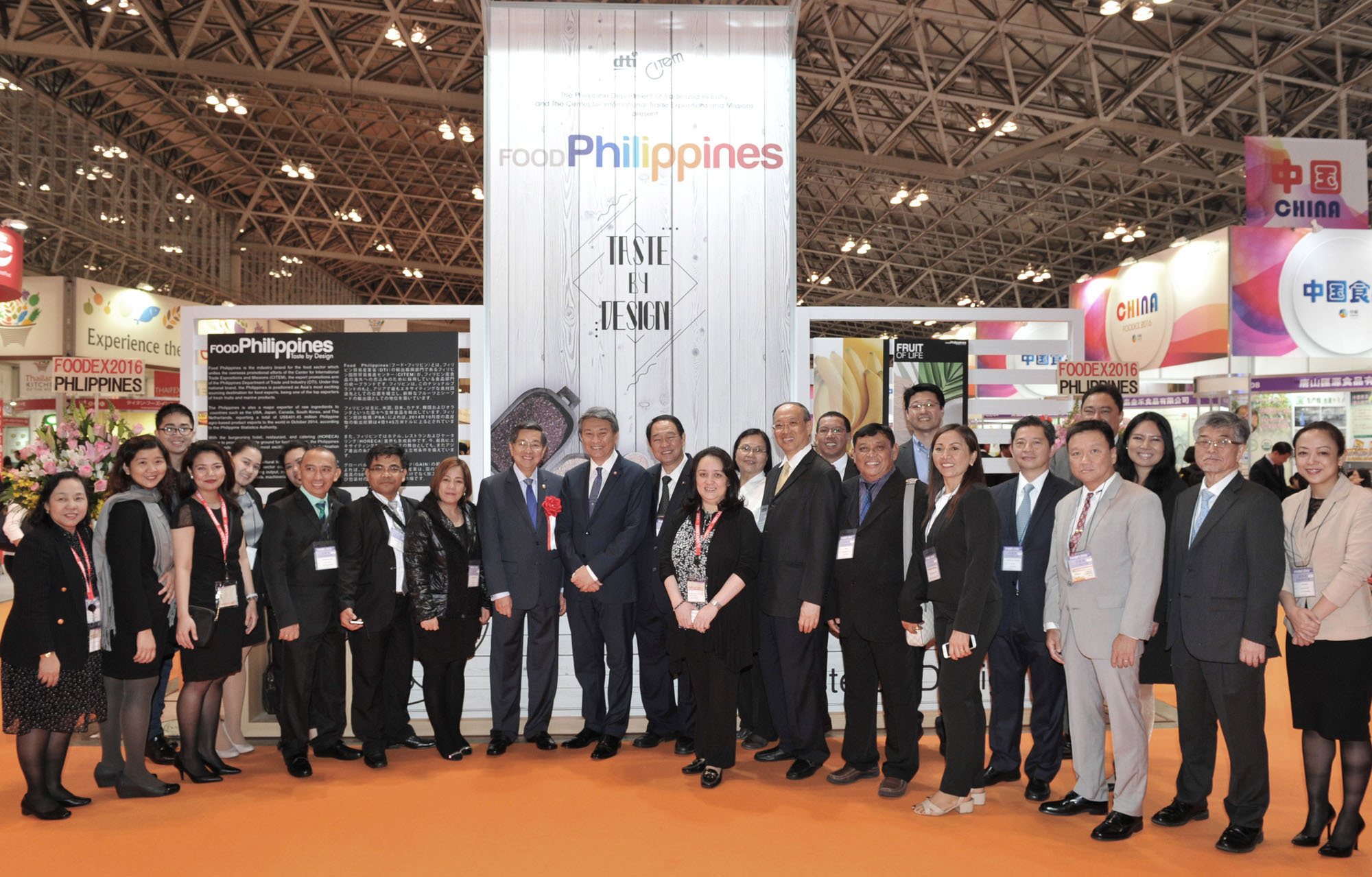 Philippine Ambassador Manuel M. Lopez (10th from left) poses with participants and embassy staff in front of the Philippines pavilion. | YOSHIAKI MIURA