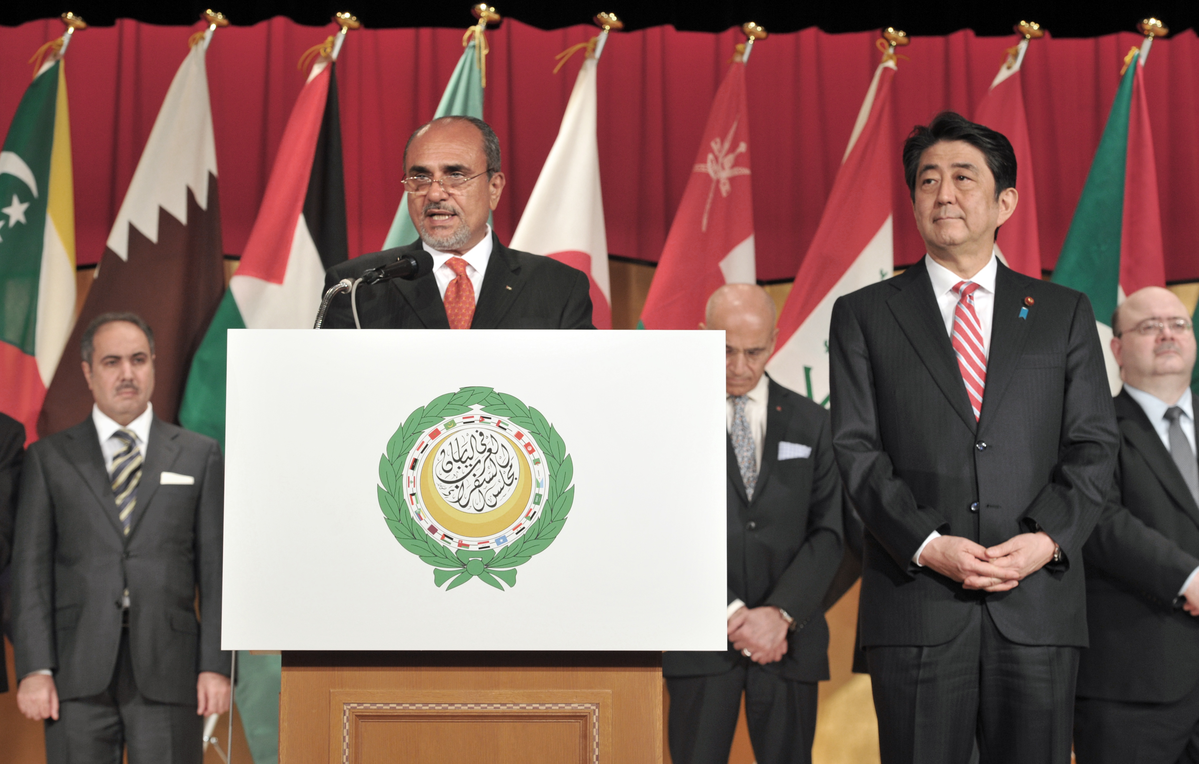 Prime Minister Shinzo Abe (second from right) looks on as Palestine representative in Japan and Dean of the Arab Diplomatic Corps Waleed Siam (second from left) speaks to mark the eighth Arab Week reception and in celebration of Arab-Japan friendship. | YOSHIAKI MIURA
