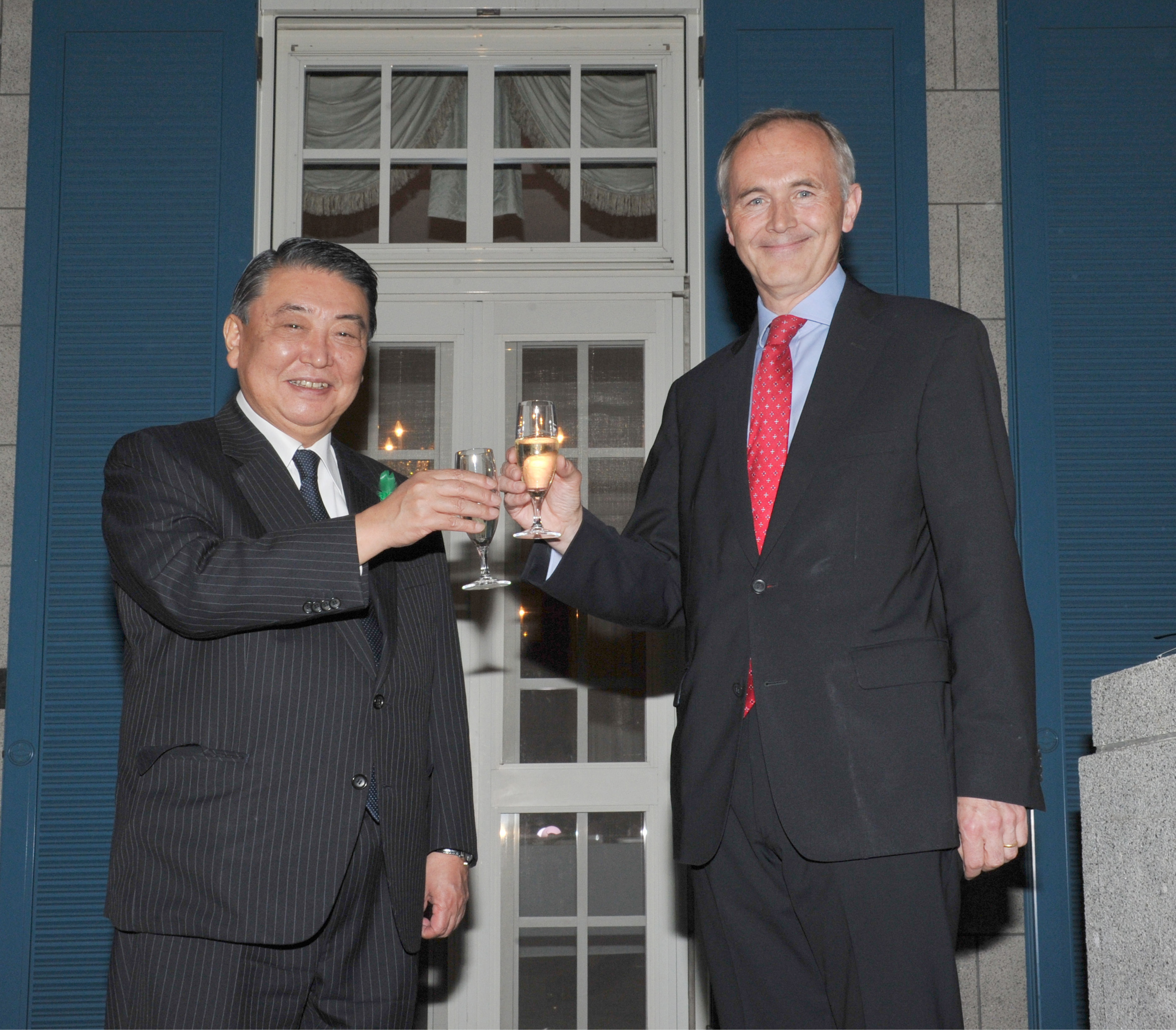 British Ambassador Tim Hitchens (right) shares a toast with Speaker of the House of Representatives Tadamori Oshima during a reception to celebrate Queen Elizabeth II's 90th birthday at the ambassador's residence in Tokyo on April 19. | YOSHIAKI MIURA