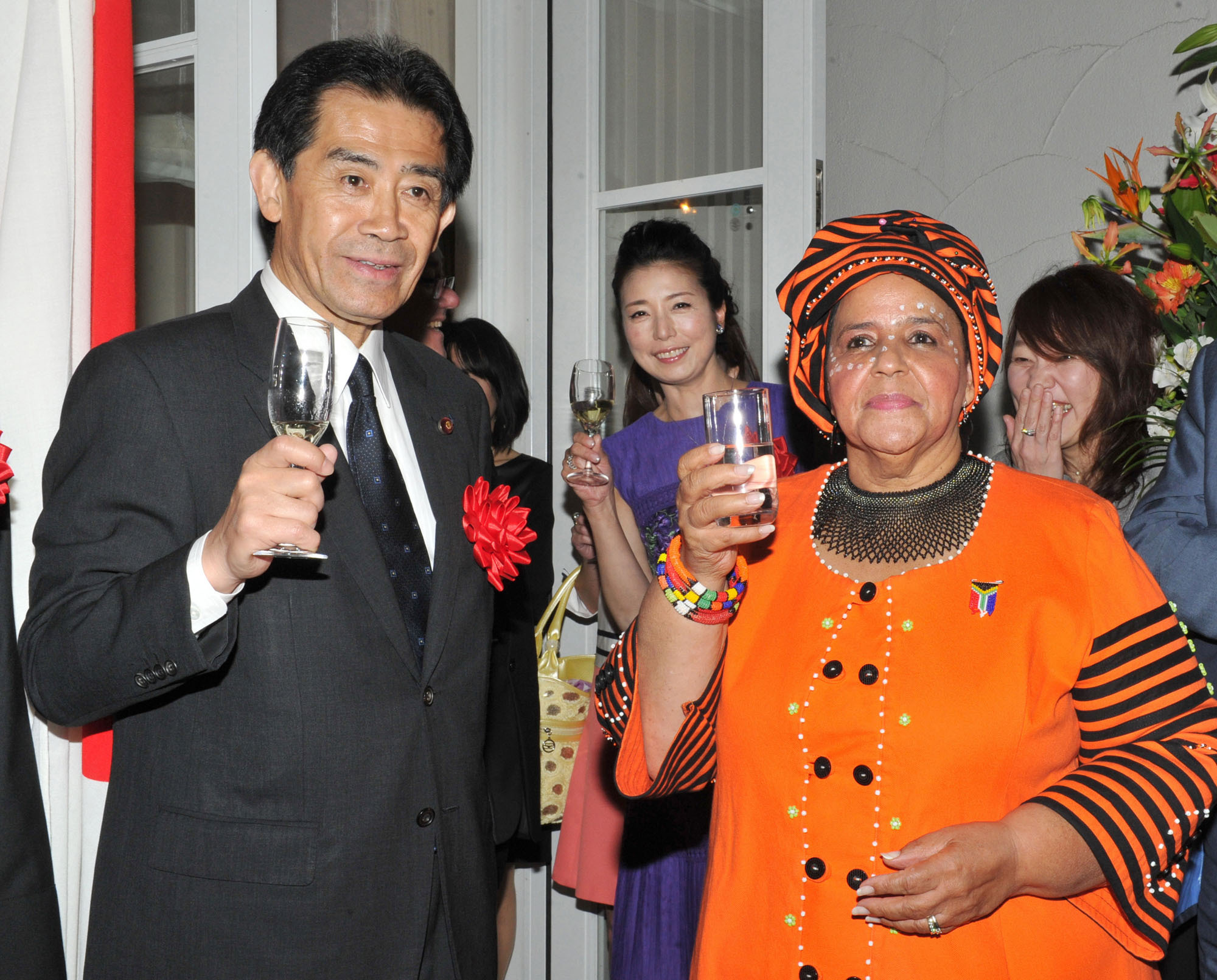 South African Ambassador Beryl Rose Sisulu (right) raises a glass with Ichiro Aisawa (left), chairman of the Japan-Africa Union Parliamentary Friendship League, and the South Africa sightseeing goodwill ambassador, actress Hitomi Takahashi (center), during a reception to celabrate the country's National Day at the official residence of the Republic of South Africa in Tokyo on April 27. | YOSHIAKI MIURA