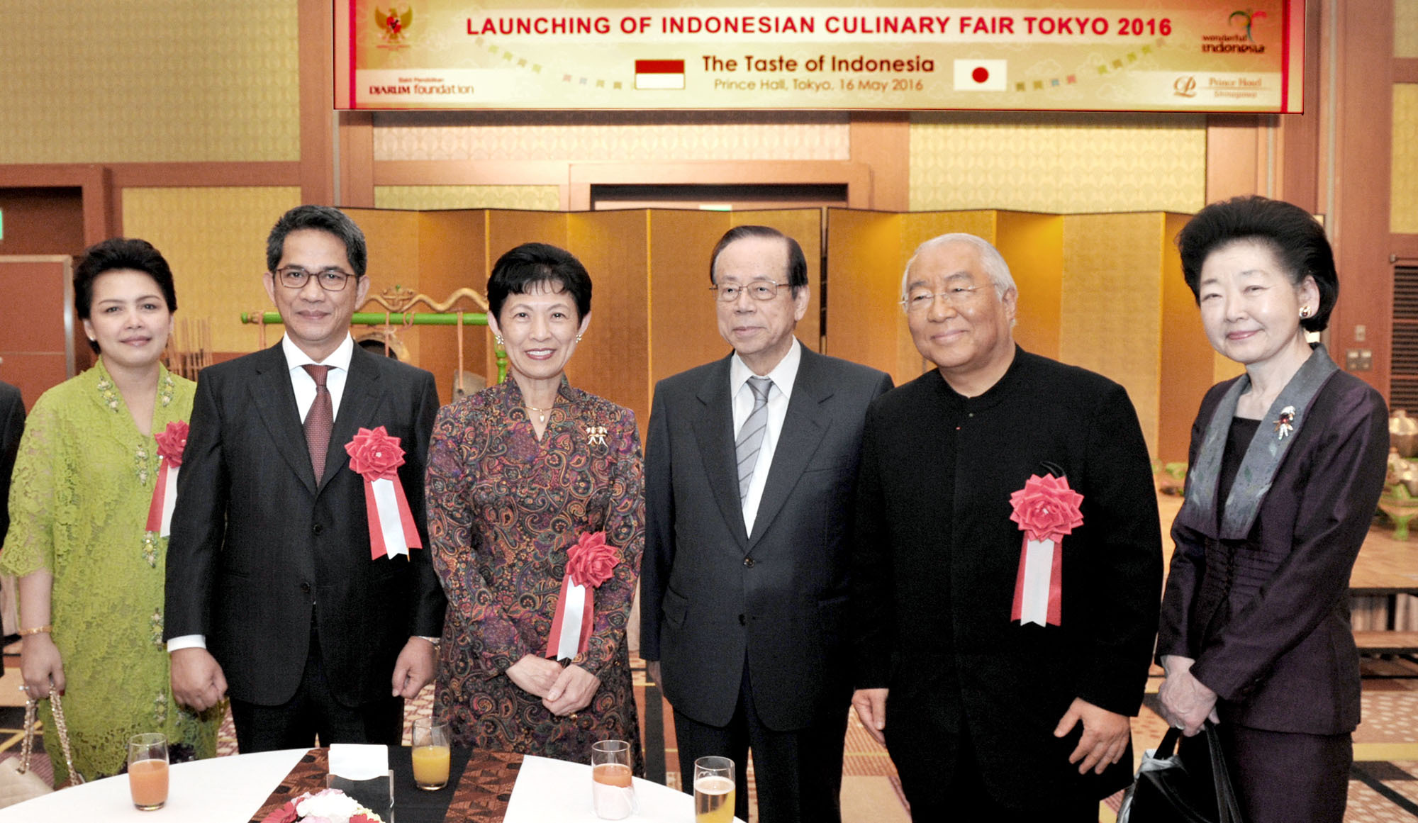 Indonesian Ambassador Yusron Ihza Mahendra (second from left) and his wife, Lusiana (left) pose with (from left) Princess Takamado, former Prime Minister Yasuo Fukuda, Yukio Hattori, president of Hattori Nutrition College; and Kiyoko Fukuda during the launch of the monthlong Indonesian Culinary Fair Tokyo 2016 — The Taste of Indonesia event, at Annex Tower, Shinagawa Prince Hotel on May 16. | YOSHIAKI MIURA