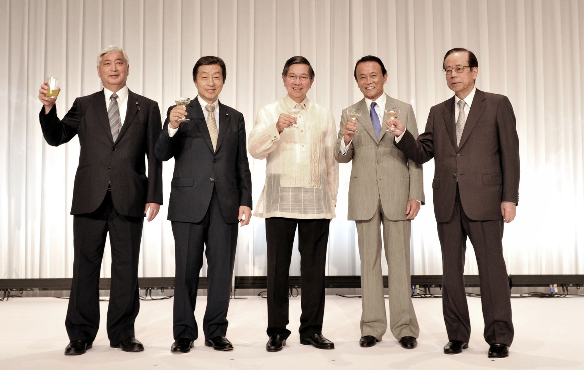 Philippine Ambassador Manuel M. Lopez (center) prepares for a toast with (from left) Defense Minister Gen Nakatani; Chairman of the Japan-Philippines Parliamentarian's Friendship League Kenj Kosaka; Deputy Prime Minister and Finance minister Taro Aso; and former Prime Minister and Honorary Chairman of the Japan-Philippines Parliamentarian's Friendship League Yasuo Fukuda, during a reception celebrating the 118th Anniversary of the Proclamation of Philippine Independence and the 60th Anniversary of the normalization of diplomatic relations between the Philippines and Japan at the Imperial Hotel, Tokyo on June 13. | YOSHIAKI MIURA