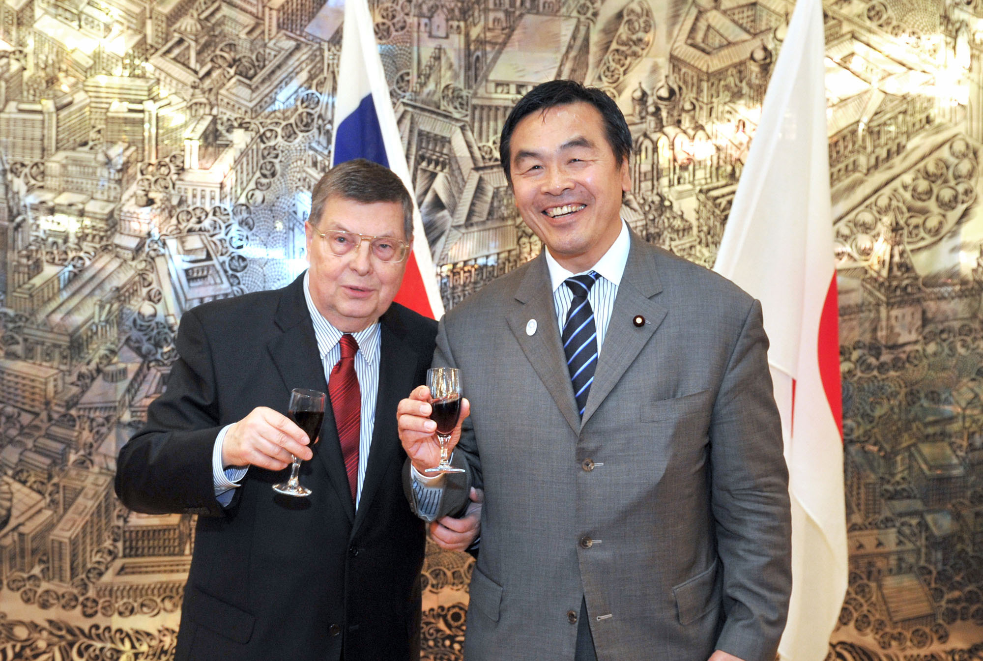 Russian Ambassador Evgeny Afanasiev (left) poses with Minister of Education, Culture, Sports, Science and Technology Hiroshi Hase at a reception celebrating the Day of Russia at the embassy in Tokyo on June 10. | YOSHIAKI MIURA