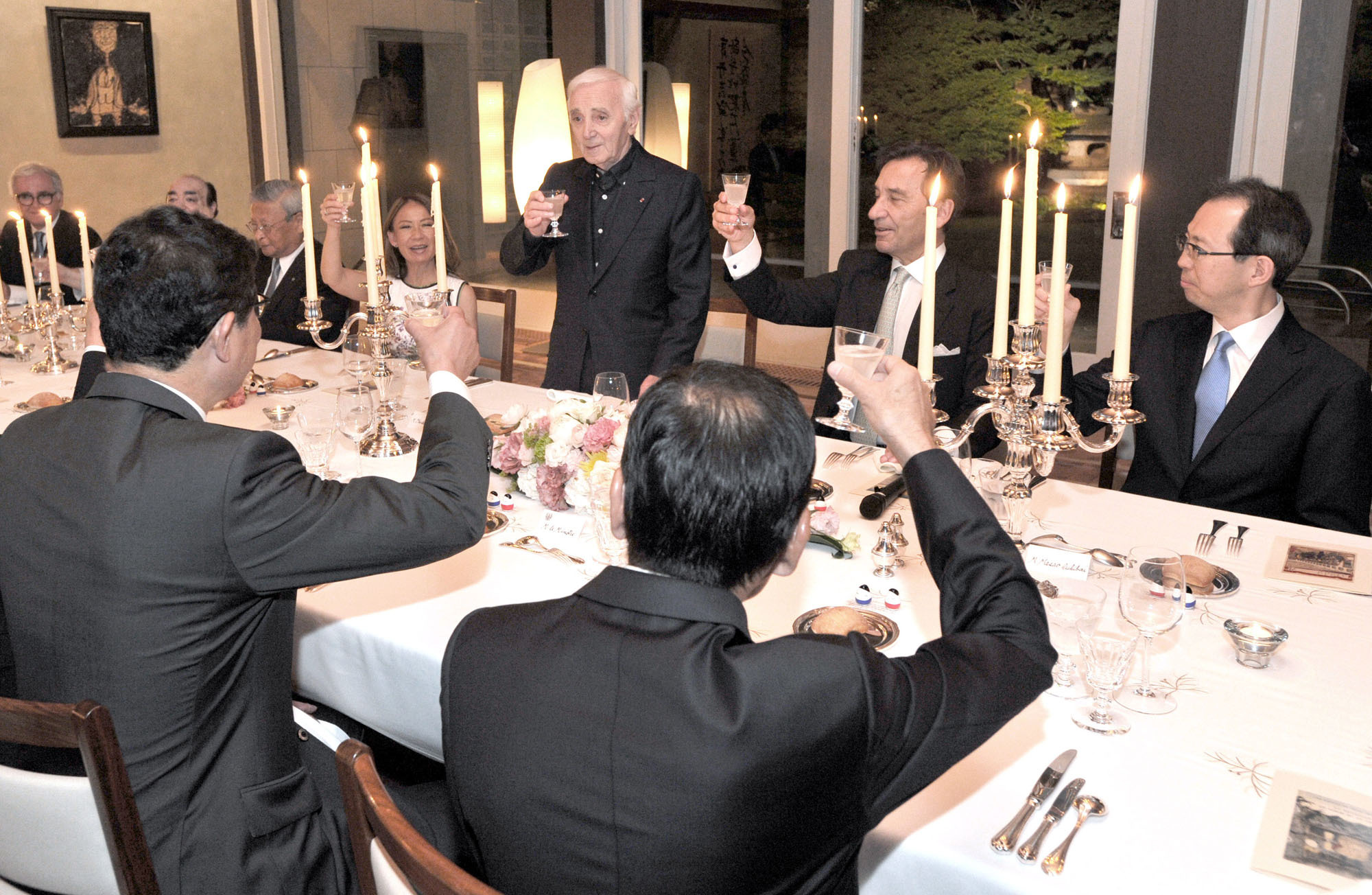 Legendary chansonnier Charles Aznavour makes a toast at the dinner at the Ambassador's residence in Tokyo on June 17. | YOSHIAKI MIURA