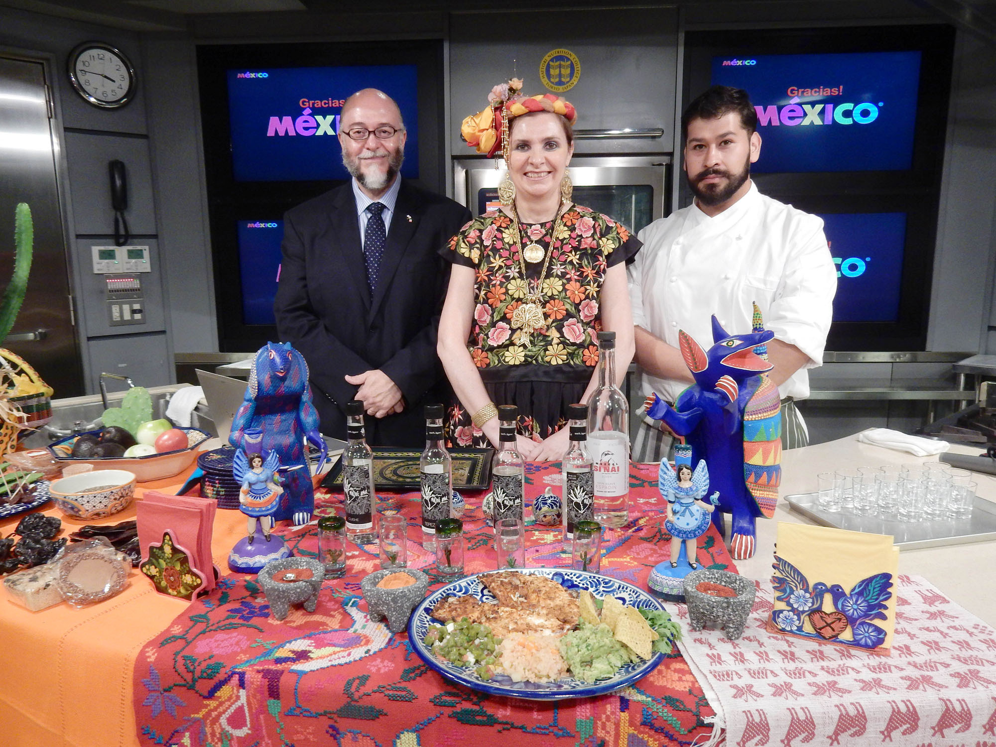 Director of the Mexican Tourism Board Guillermo Eguiarte (left) poses with his wife Lolita and Mexican Embassy chef Victor Vazquez at a Mexican cultural and culinary lecture at the Hattori Nutrition College in Tokyo on June 11. | MAKI YAMAMOTO-ARAKAWA