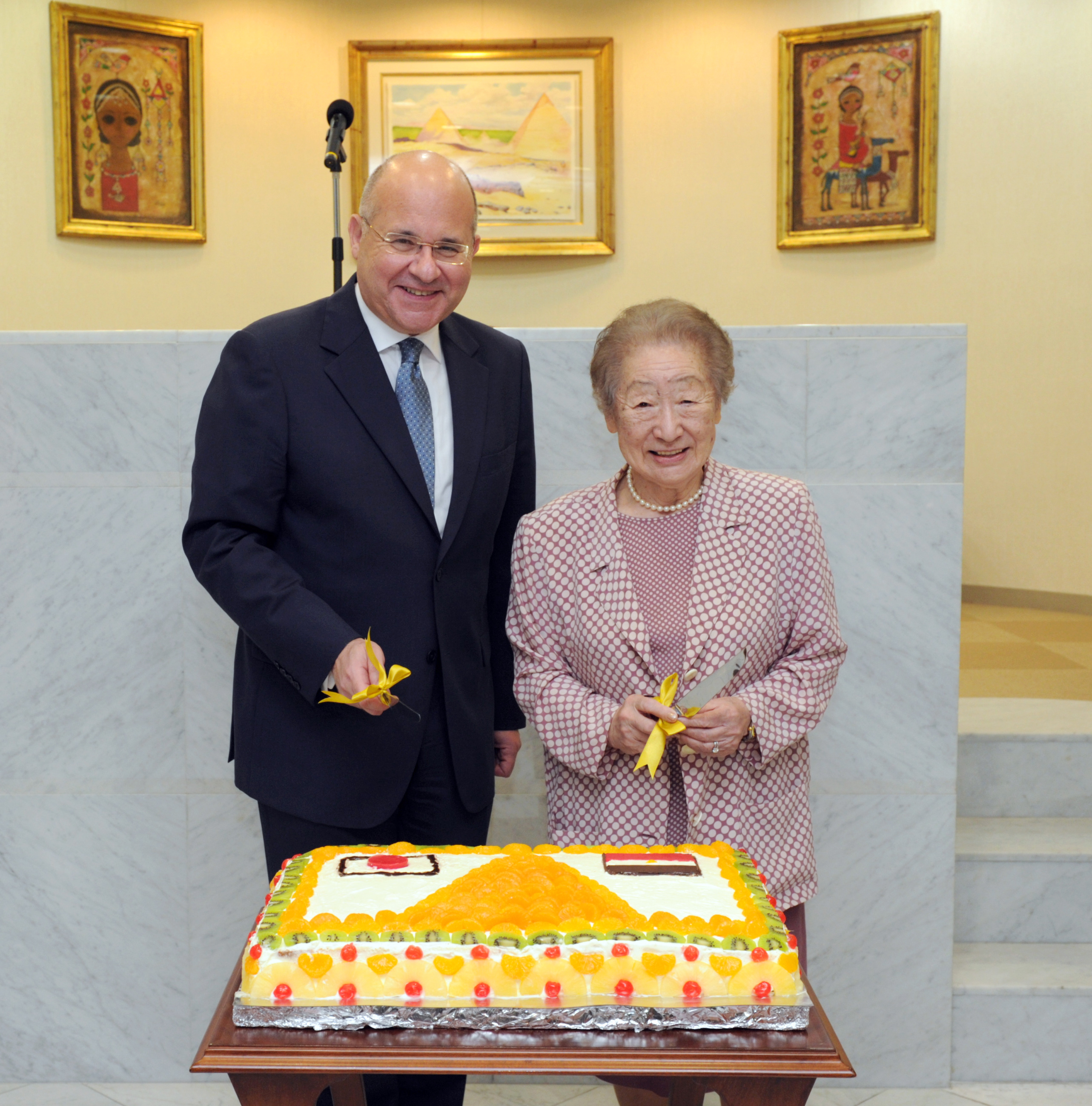 Egyptian Ambassador Ismail Khairt (left) prepares to cut a cake with Japan International Cooperation Agency (JICA) Special Advisor to the President Sadako Ogata (former president of JICA and UNHCR) at a reception to celebrate Egypt's National  Day at the ambassador's residence in Tokyo on July 1. | YOSHIAKI MIURA