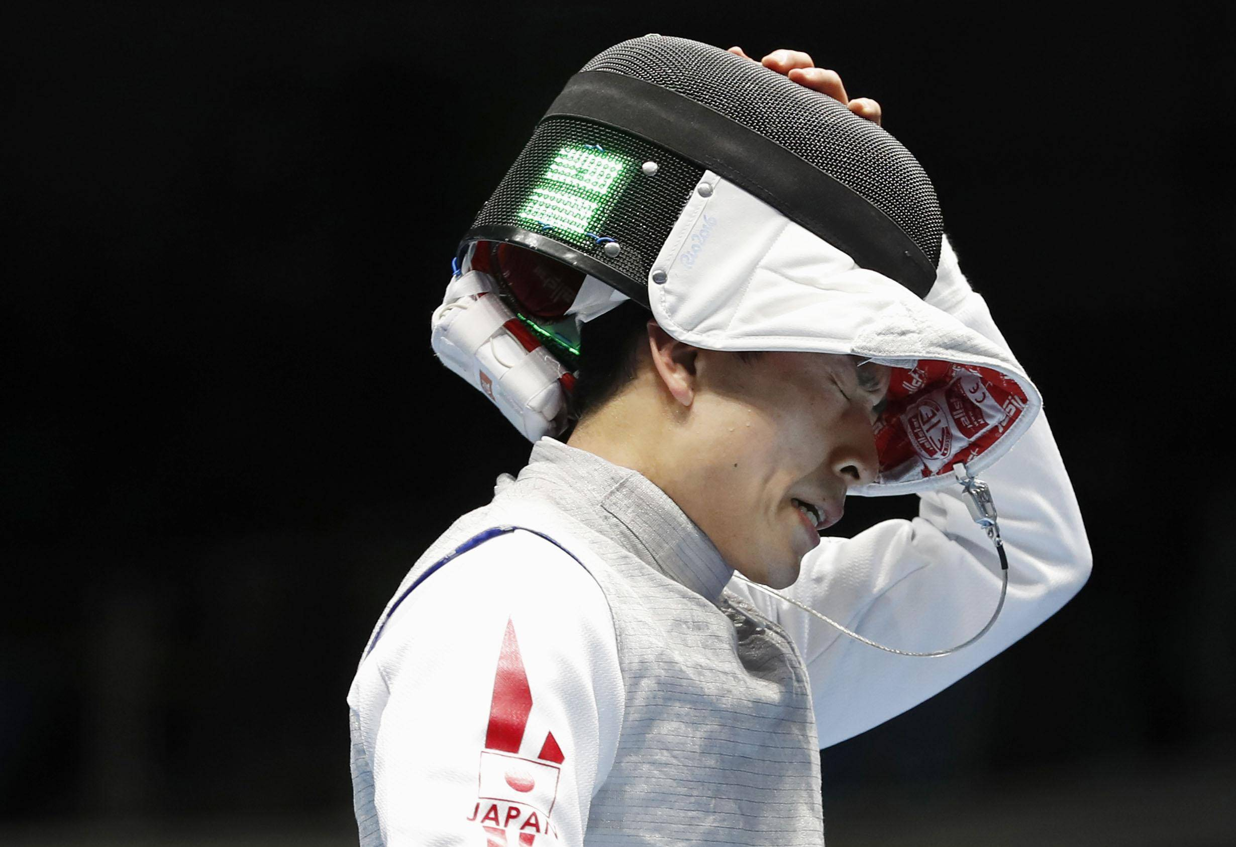 Yuki Ota reacts after losing his preliminary match of the men's fencing individual competition on Sunday at the 2016 Rio de Janeiro Olympics. Ota later announced his retirement. | KYODO