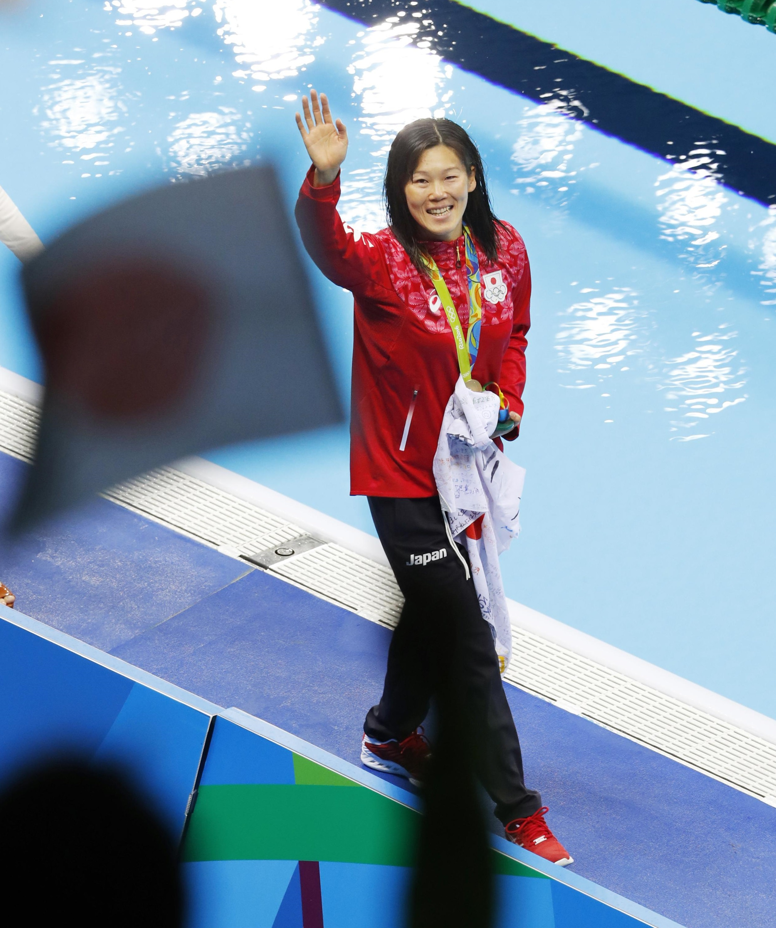 Japan's Rie Kaneto waves to fans in the stands after she won in the women's 200-meter breaststroke at the Rio de Janeiro Olympics on Thursday. | KYODO