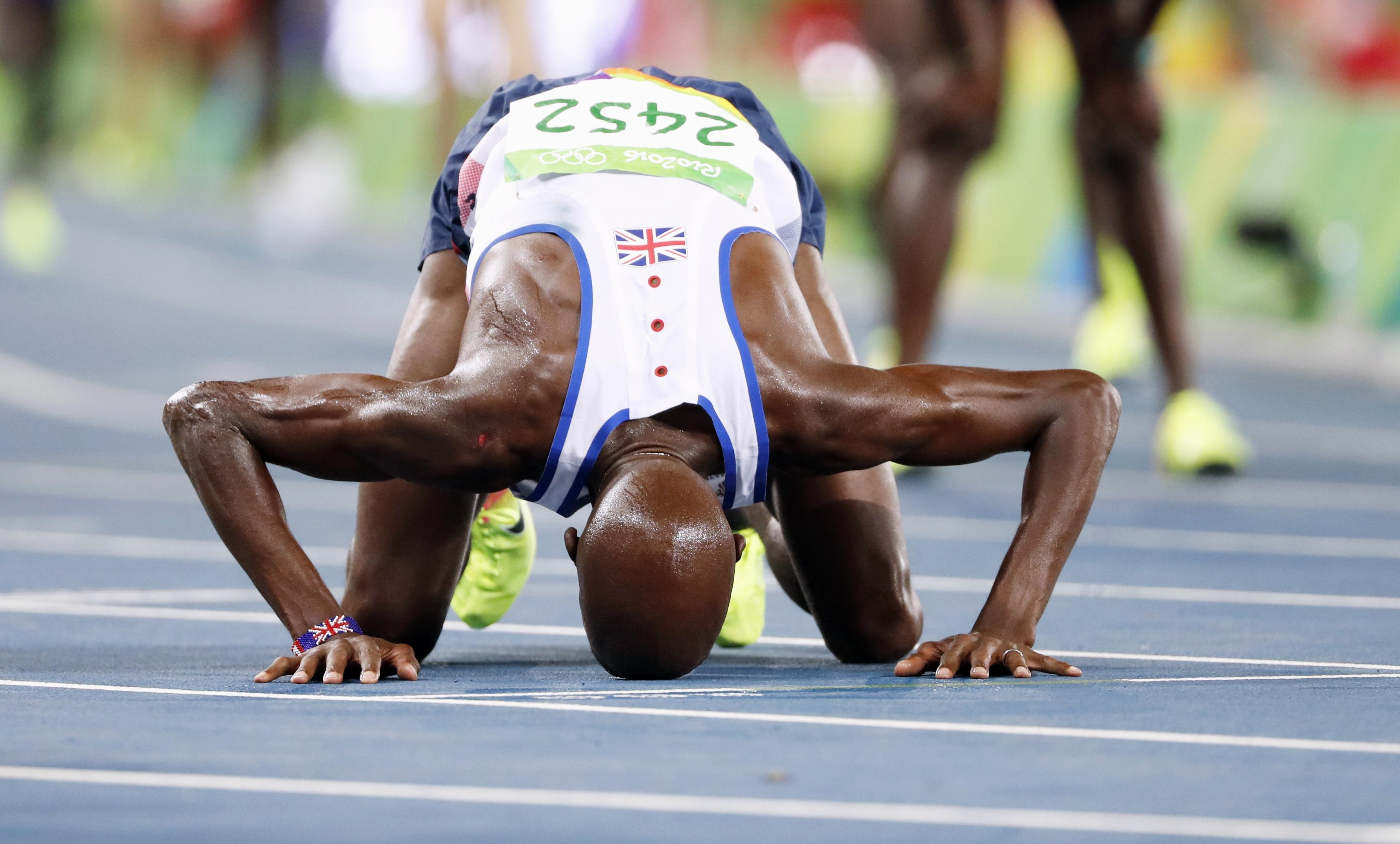 Britain's Mo Farah kisses the track after winning the men's 10,000-meter final during the 2016 Summer Olympics in Rio de Janeiro on Saturday. | KYODO