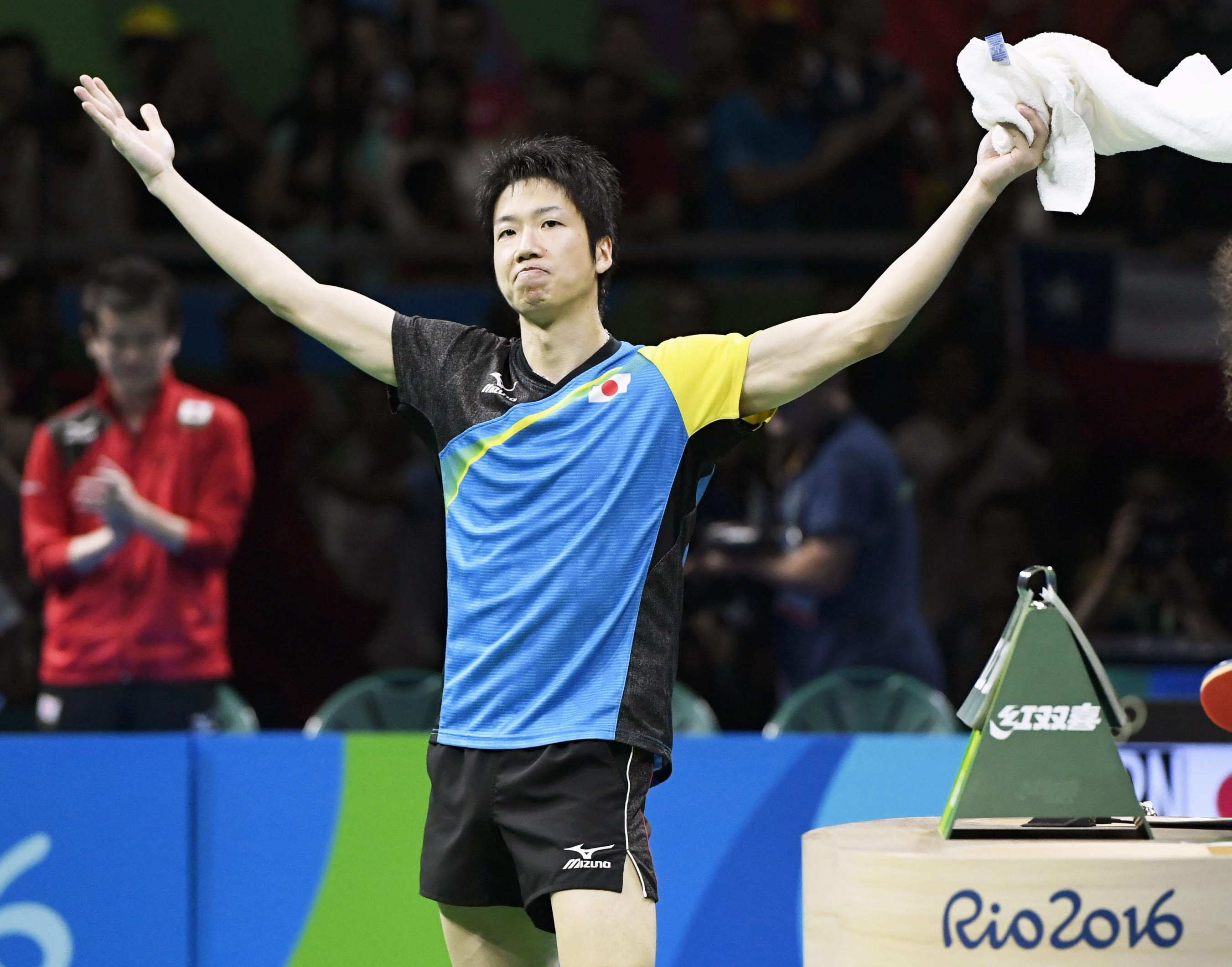 Jun Mizutani celebrates beating China's Xu Xin in the singles match during their men's table tennis gold medal match at the Rio de Janeiro 2016 Olympic Games on Wednesday. | KYODO