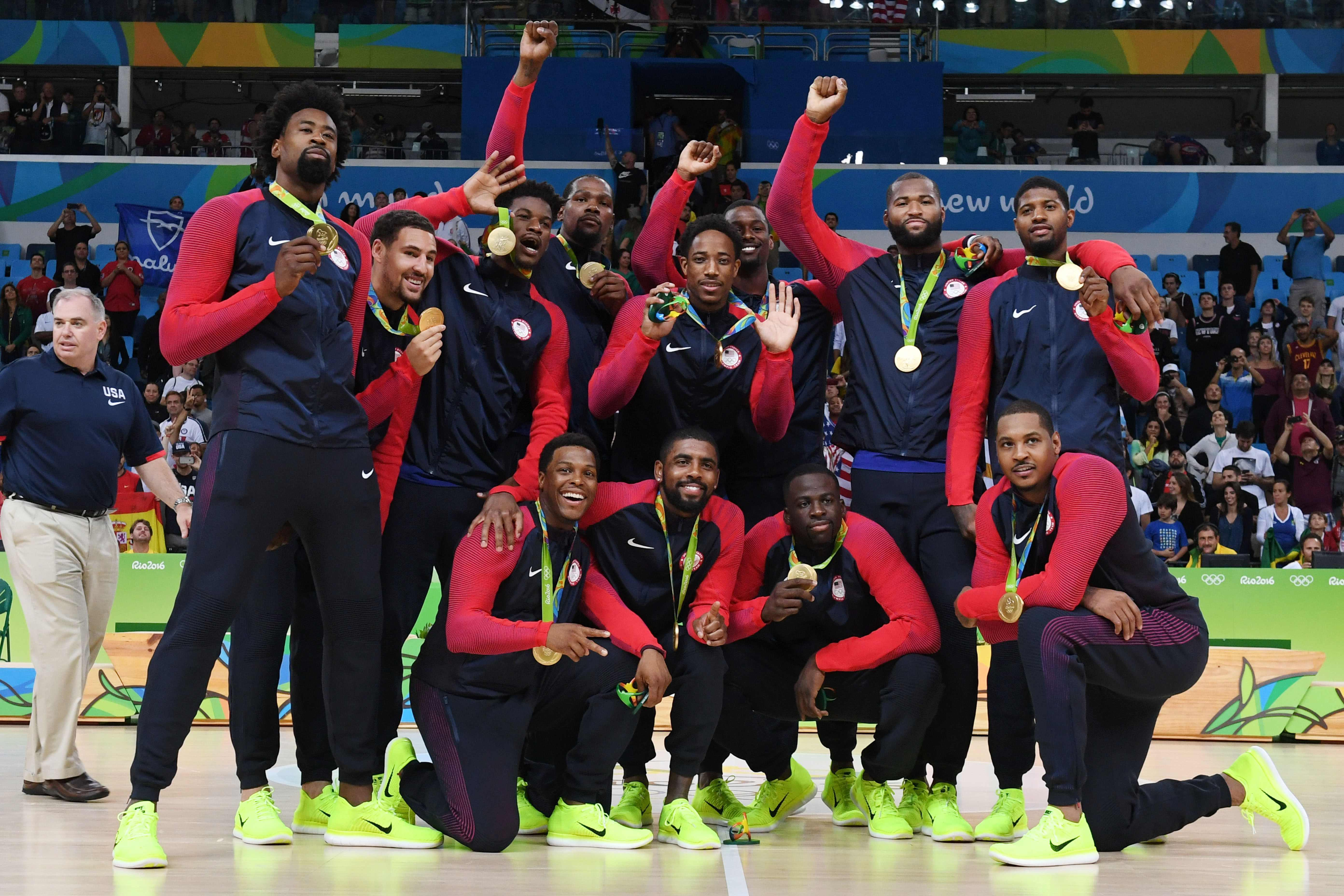 The U.S. men's basketball team members pose after winning the gold medal with a 96-66 win over Serbia in Sunday's final at 2016 Rio Olympics. |   AFP-JIJI