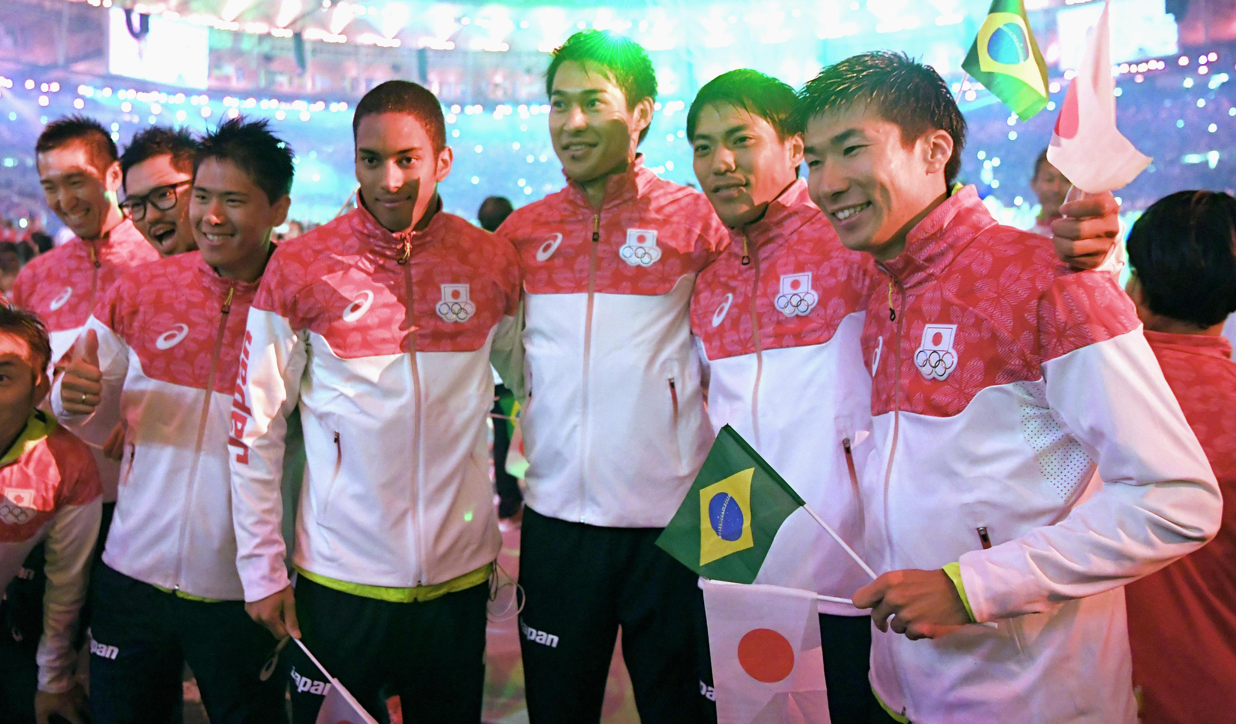 Silver medalists in the men's 4x100-meter relay (from right, Yoshihide Kiryu, Ryota Yamagata, Shota Iizuka and Aska Cambridge) pose with other athletes at the Rio Olympics' closing ceremony on Sunday. |   KYODO