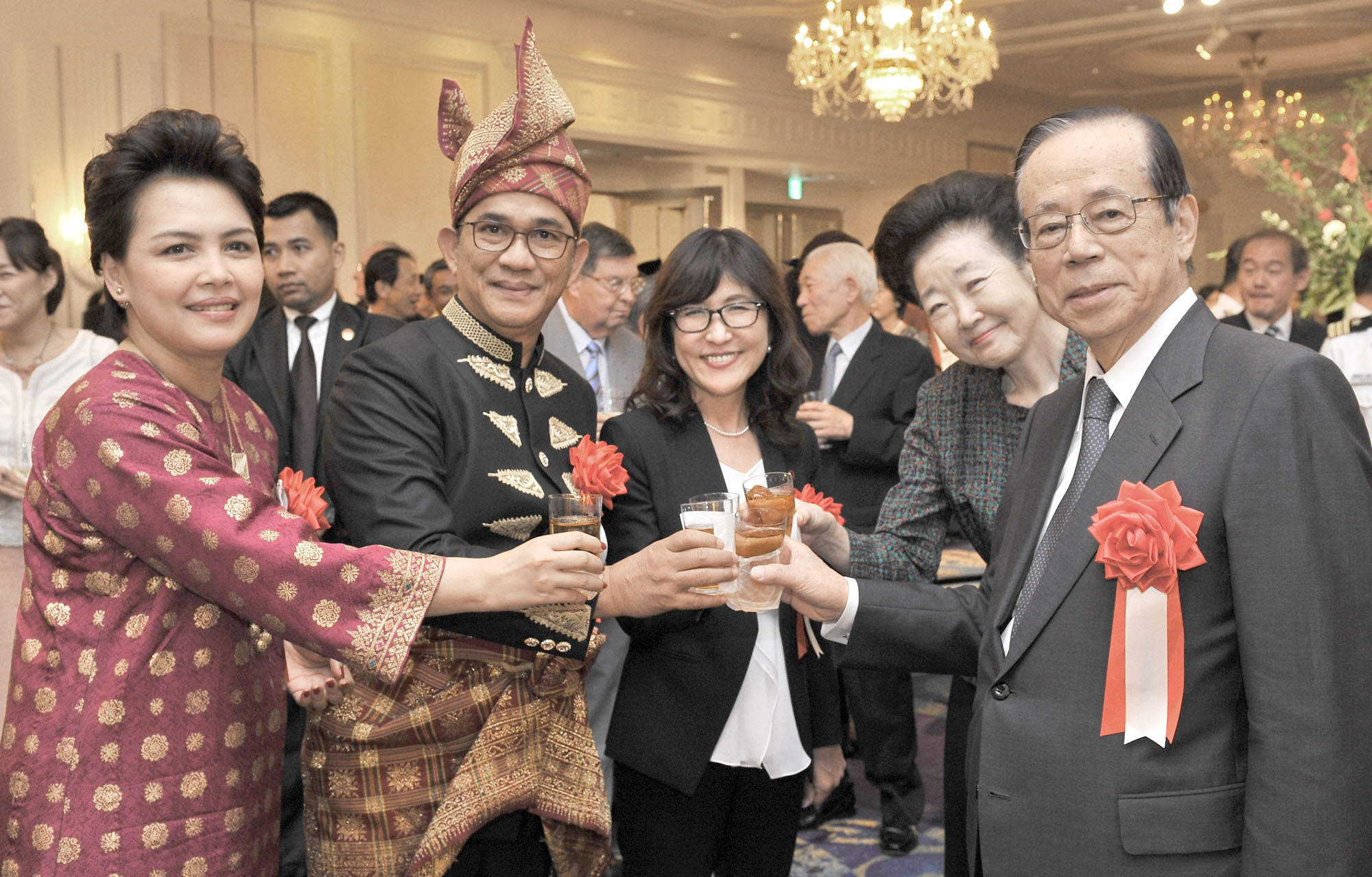 Indonesian Ambassador Yusron Ihza Mahendra (second from left) and his wife Lusiana (left) share a toast with Defense Minister Tomomi Inada (center), former Prime Minister and Chairman of the Japan-Indonesia Association Yasuo Fukuda (right) and his wife Kiyoko during a reception to celebrate the country's 71st Independence Day Anniversary at the New Otani Hotel, Tokyo on Aug. 26. | YOSHIAKI MIURA