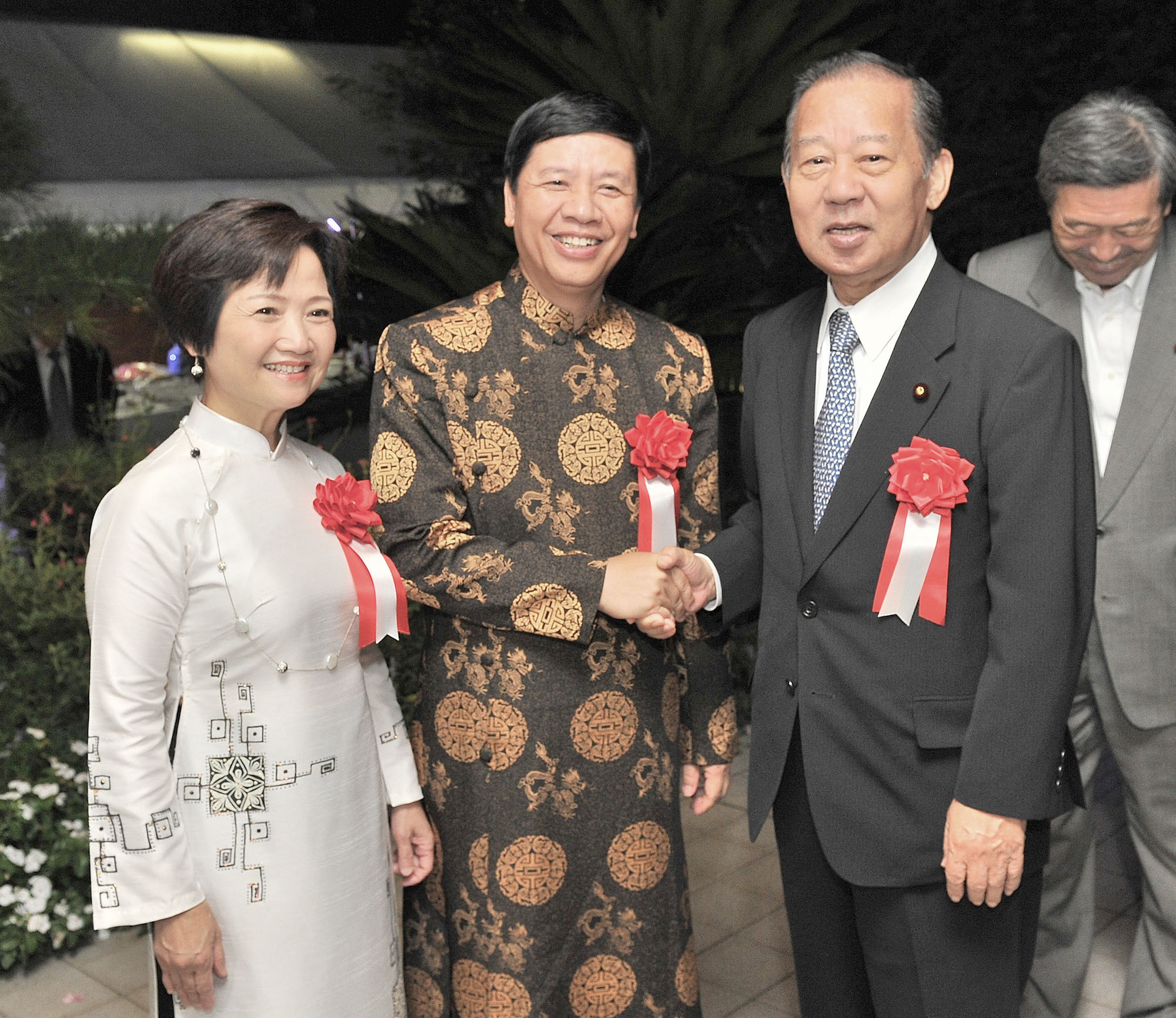 Vietnamese Ambassador Nguyen Quoc Coung (center) and his wife Hoang Thi Minh Ha welcome Secretary-General of the Liberal Democratic Party and Chairman of the Japan-Vietnam Parliamentary Friendship League Toshihiro Nikai during a reception celebrating the 71st Anniversary of Vietnam's National Day at the embassy in Tokyo on August 31. | YOSHIAKI MIURA