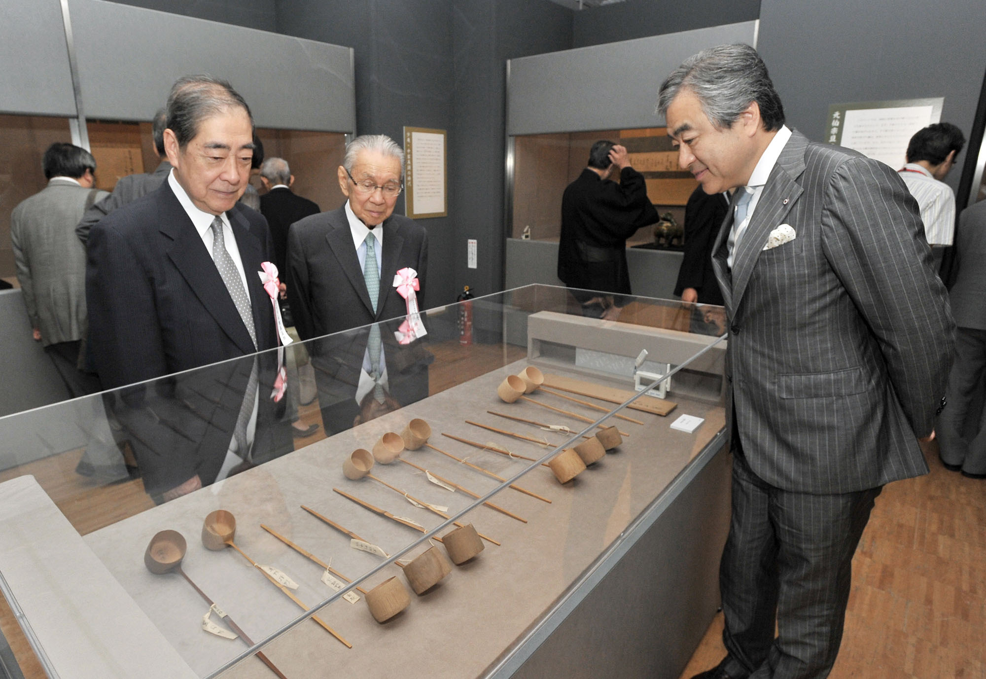 "From left: Zengoro Eiraku, of the Eiraku family, Tokyo National Museum Honorary Member Seizo Hayashiya and Managing Executive Officer and General Manager of Mitsukoshi Nihombashi Yoji Naka examine  Hishaku ladles of the Kuroda family at a preview of ""The Ten Craftsmen of Senke—Appreciating the Art of the Tea Ceremony"" exhibition on Aug. 31. The exhibition is being held at Mitsukoshi Nihonbashi's seventh-floor gallery through Sept. 12. 