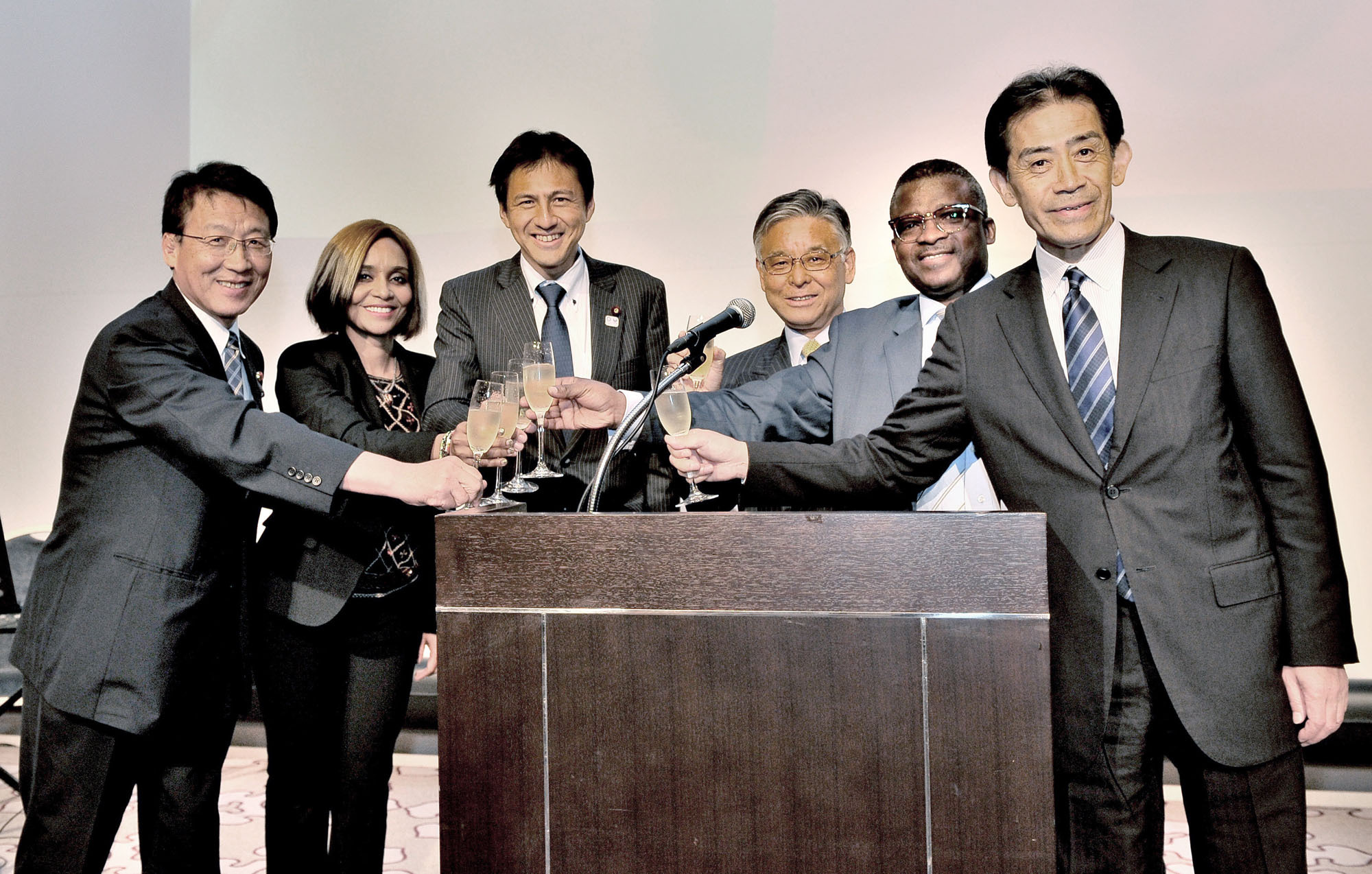Botswana's Ambassador Jacob Dickie Nkate (second from right) shares a toast with (from left) acting Chairman of the Japan-African Union Parliamentary Friendship Association Asahiko Mihara; Botswana Tourism Marketing Manager Obenne Mbaakanyi; Parliamentary Vice-Minister for Foreign Affairs Shunsuke Takei; Japan National Tourism Organization President Ryoichi Matsuyama; and Chairman of the Japan-African Union Parliamentary Friendship Association Ichiro Aisawa during a reception to celebrate Botswana's 50th National Day at Tokyo Marriott Hotel on Sept. 30. | YOSHIAKI MIURA