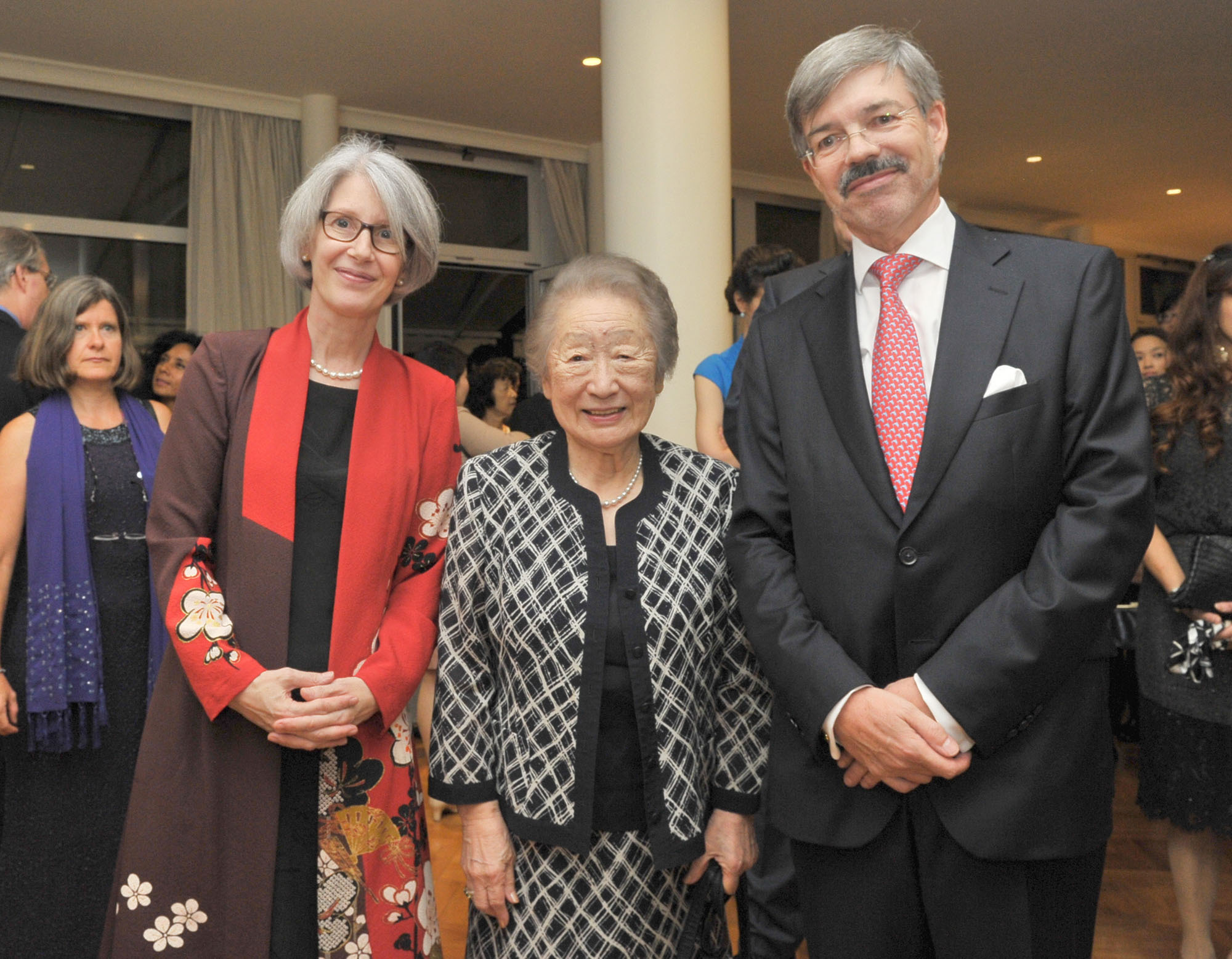 Germany Ambassador Hans Carl von Werthern (right) and his wife, Elizabeth (left) welcome Sadako Ogata, former United Nations High Commissioner for Refugees (UNHCR), and  former president of the Japan International Cooperation Agency (JICA), during a reception to celebrate the Day of German Unity at their residence in Tokyo on Oct. 3, 2016. | YOSHIAKI MIURA