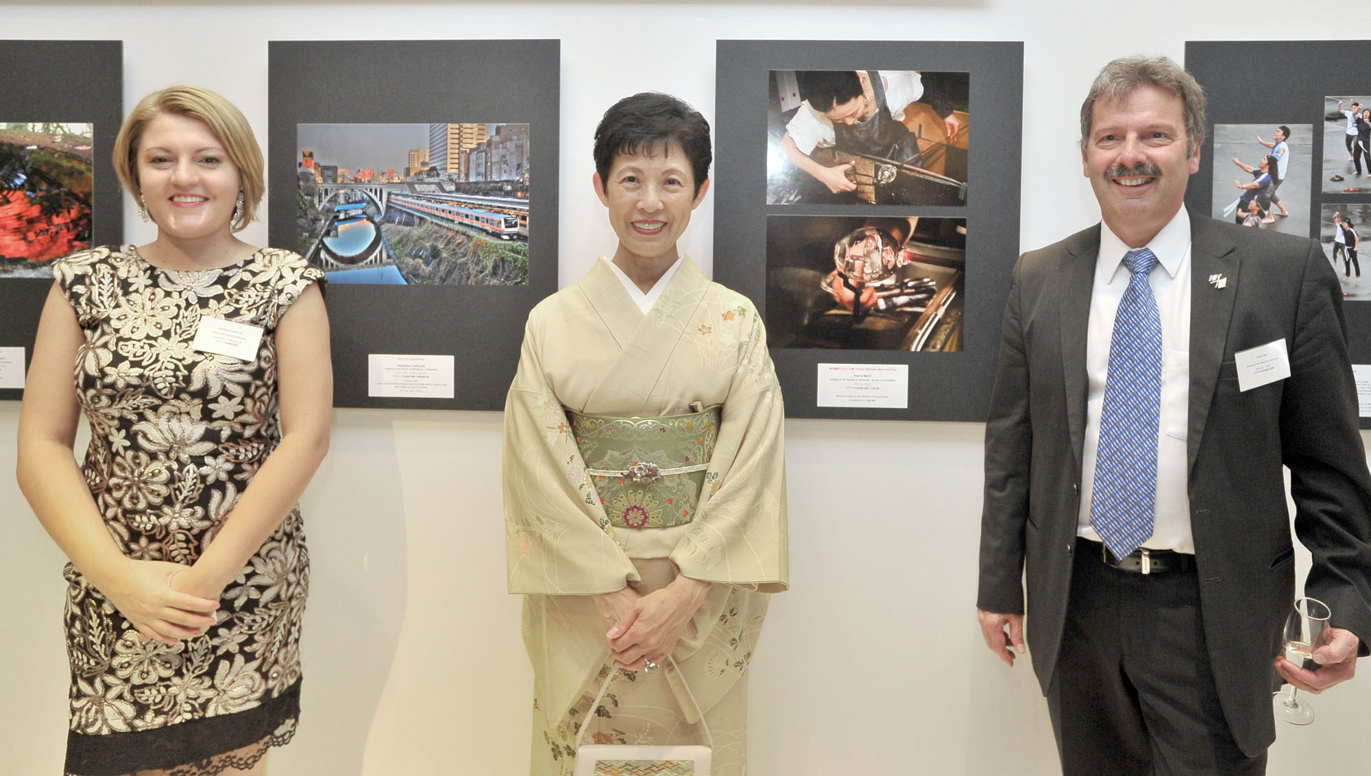 """Scintilating JAPAN 2016, Through Diplomats' Eyes"" photo exhibition Grand Prize winner Macedonia's Ambassador Andrijana Cvetkovikj (left) and Prince Takamado Memorial Prize winner Pierre Worlf, spouse of Guatemala's ambassador (right), pose with Honorary President Princess Takamado. 