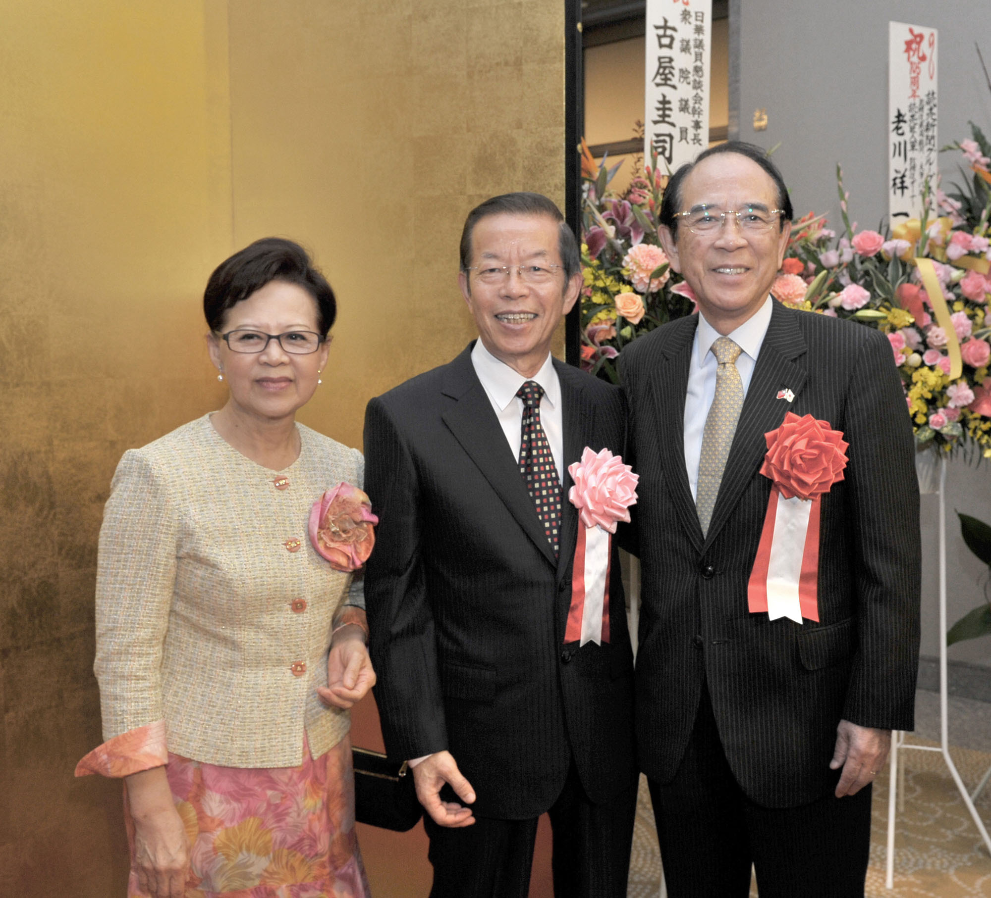 """Representative of the Taipei Economic and cultural Representative Office in Japan Frank C.T. Hsieh (center) and his wife Fang-Chih Hsieh Yu welcome Interchange Association, Japan Chairman Mitsuo Ohashi during a reception to celebrate the 105th anniversary of the """"Double Ten"""" National Day, when the Xinhai revolution that overthrew the Qing dynasty started on Oct. 10, 1911, at the Palace Hotel Tokyo on Oct. 6. 