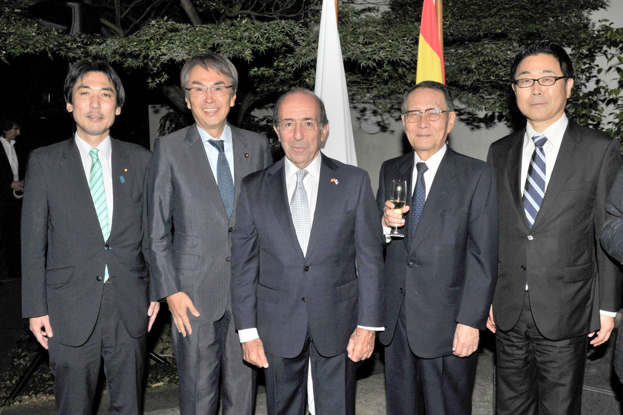 Spain's Ambassador Gonzalo de Benito (center) poses with, from left, former State Minister for Foreign Affairs Minoru Kiuchi;  Nobuteru Ishihara, minister in charge of economic revitalization; former Mitsubishi Cooperation Chairman Mikio Sasaki; and Kazuhiko Koshikawa, senior vice-president of the Japan International Cooperation Agency, during a reception to celebrate Spain's national day at the Spanish embassy in Tokyo on Oct. 13. |  YOSHIAKI MIURA