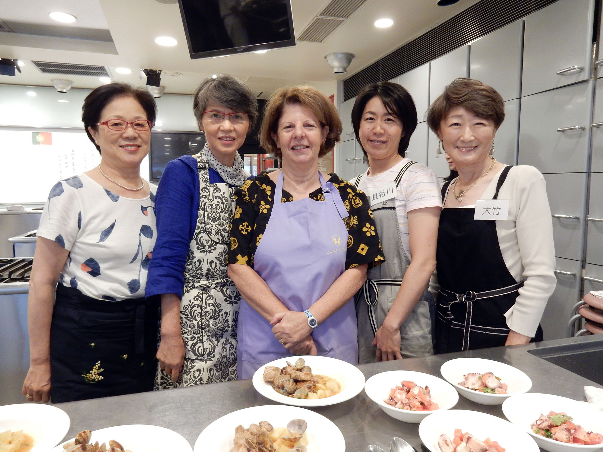 Ilda Esteves (center), the wife of Portugal's ambassador, poses with students during a Portuguese culinary lesson at Hattori Nutrition College in Tokyo on Oct. 1. | MAKI-YAMAMOTO-ARAKAWA