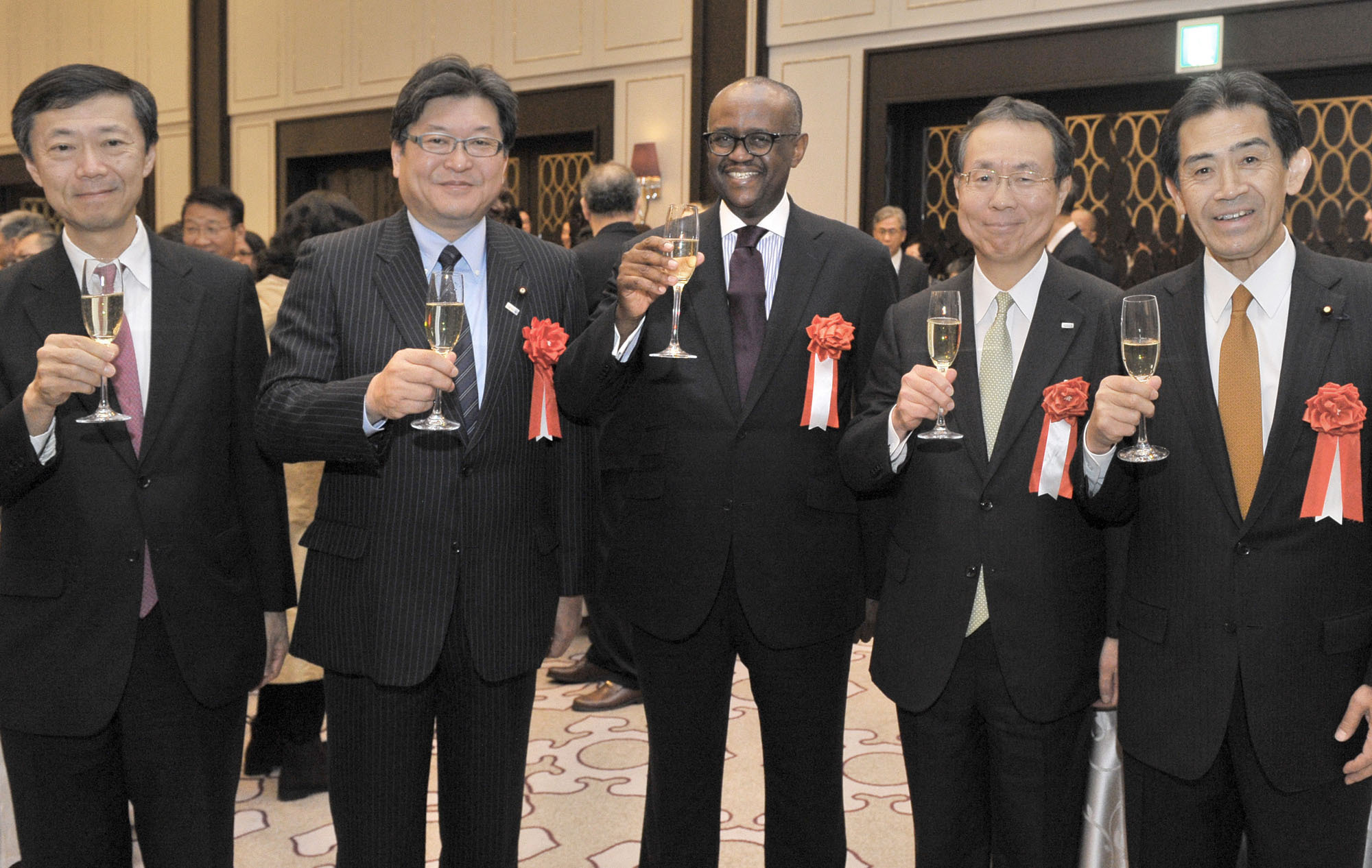 Kenya's Ambassador Solomon Karanja Maina (center) prepares for a toast with, from left, the Ministry of Foreign Affairs Director-General for African Affairs Department Norio Maruyama; Deputy Chief Cabinet Secretary Koichi Hagiuda; Mizuho Bank Ltd. President and CEO Nobuhide Hayashi; and Chairman of the Japan-AU Parliamentary Friendship Association Ichiro Aisawa during a reception to celebrate the 53rd anniversary of Kenya's independence at the Tokyo Marriott Hotel on Dec. 12. | YOSHIAKI MIURA