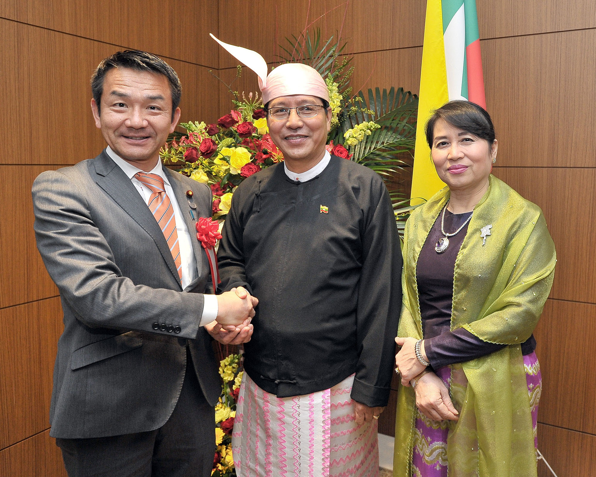 Myanmar's Ambassador Thurain Thant Zin (center) and his wife Khin Soe Naung welcome Parliamentary Vice-Minister for Foreign Affairs Kiyoshi Odawara to a reception celebrating the 69th Independence Day Anniversary of the Republic of the Union of Myanmar at the embassy on Jan. 30. |  YOSHIAKI MIURA
