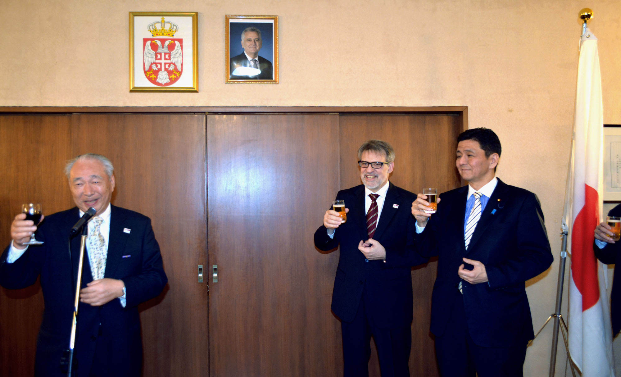 President of the Japan-Serbia Society and former Ambassador to Serbia Tadashi Nagai (left) raises his glass along with State Minister for Foreign Affairs Nobuo Kishi (right) and Serbia's Ambassador Nenad Glisic at a Serbian national day reception at the embassy on Feb. 15. | SERBIA EMBASSY