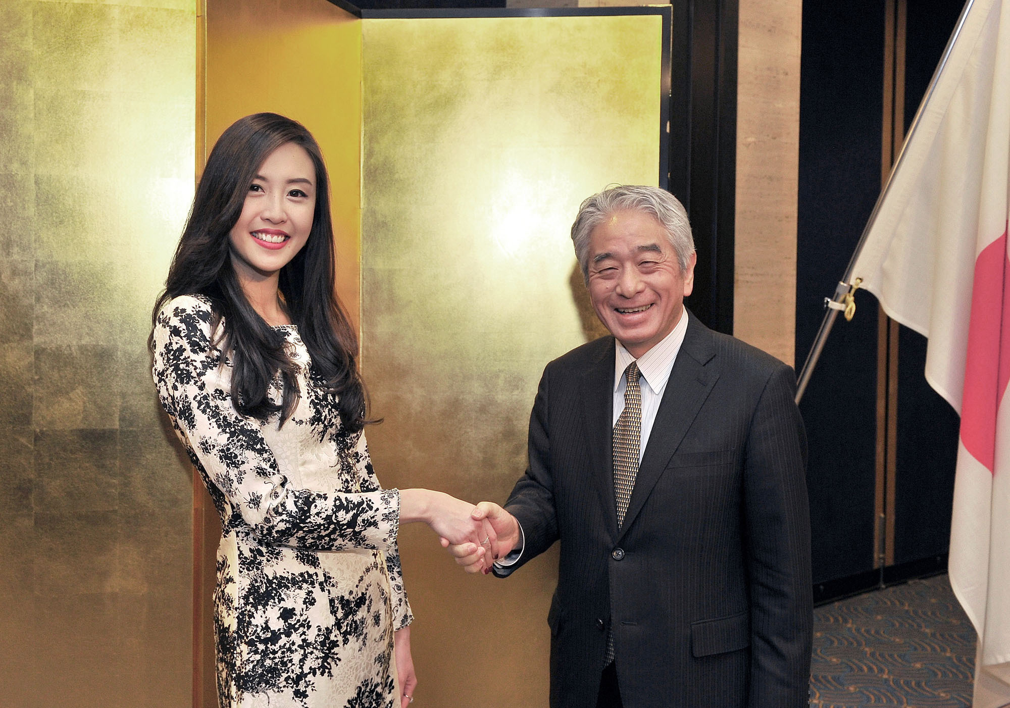 Brunei's Charge d'Affaires a.i. Jessica Tiah (left), welcomes Secretary General of the Asean-Japan Centre Masataka Fujita during a reception to celebrate the country's 33rd national day anniversary at the Hotel New Otani, Tokyo on March 3.   YOSHIAKI MIURA