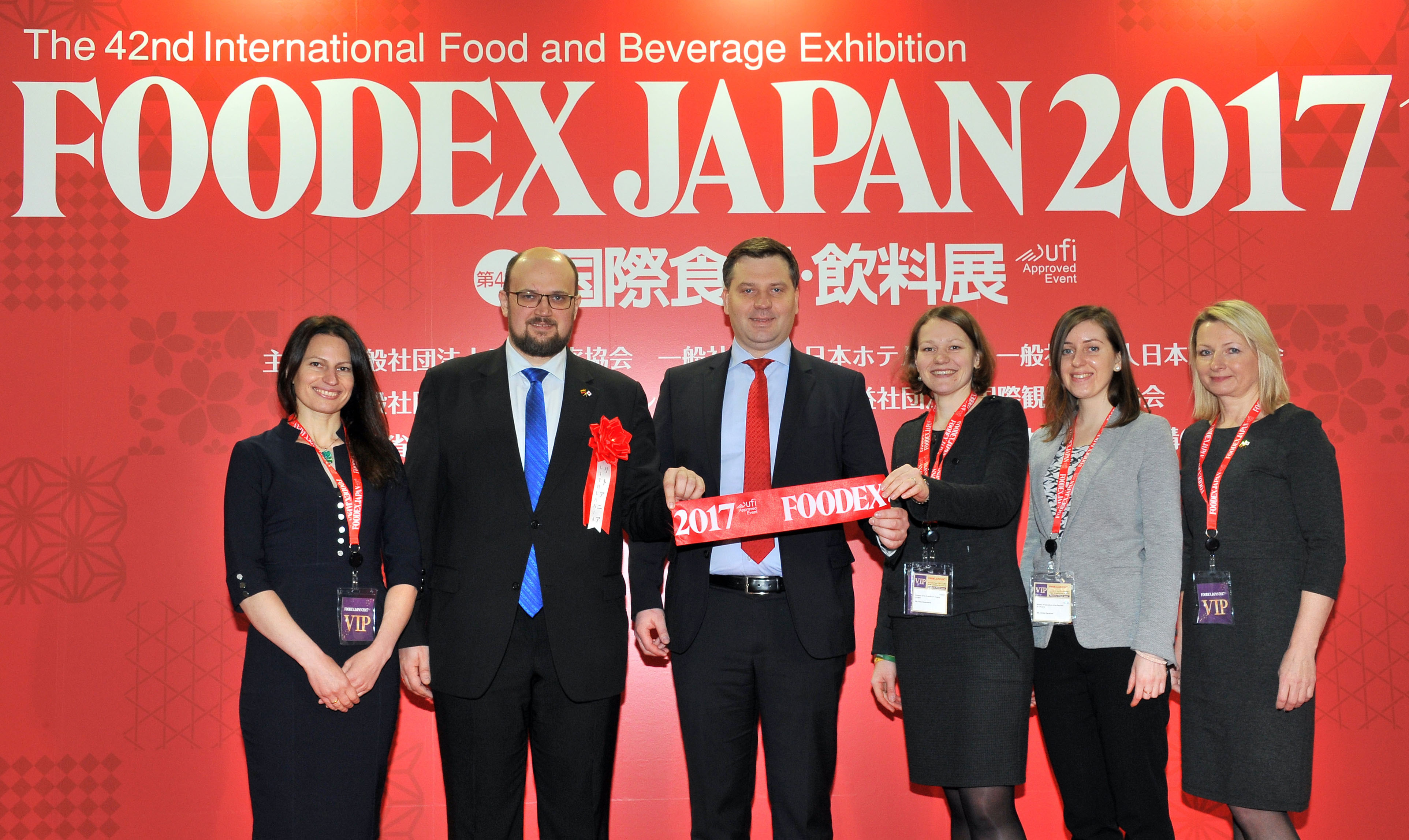 (from left) Galina Meilunas, wife of the Lithuanian ambassador to Japan; Lithuania's acting Director of State Food and Veterinary Service Deividas Kliucinskas; Lithuania's Vice Minister of Agriculture Rolandas Taraskevicius; and others pose after the Foodex Japan 2017 ribbon-cutting ceremony. | YOSHIAKI MIURA