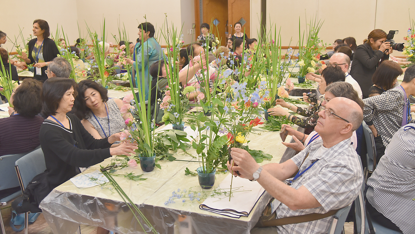 Attendees take part in a workshop at. |   IKEBANA INTERNATIONAL