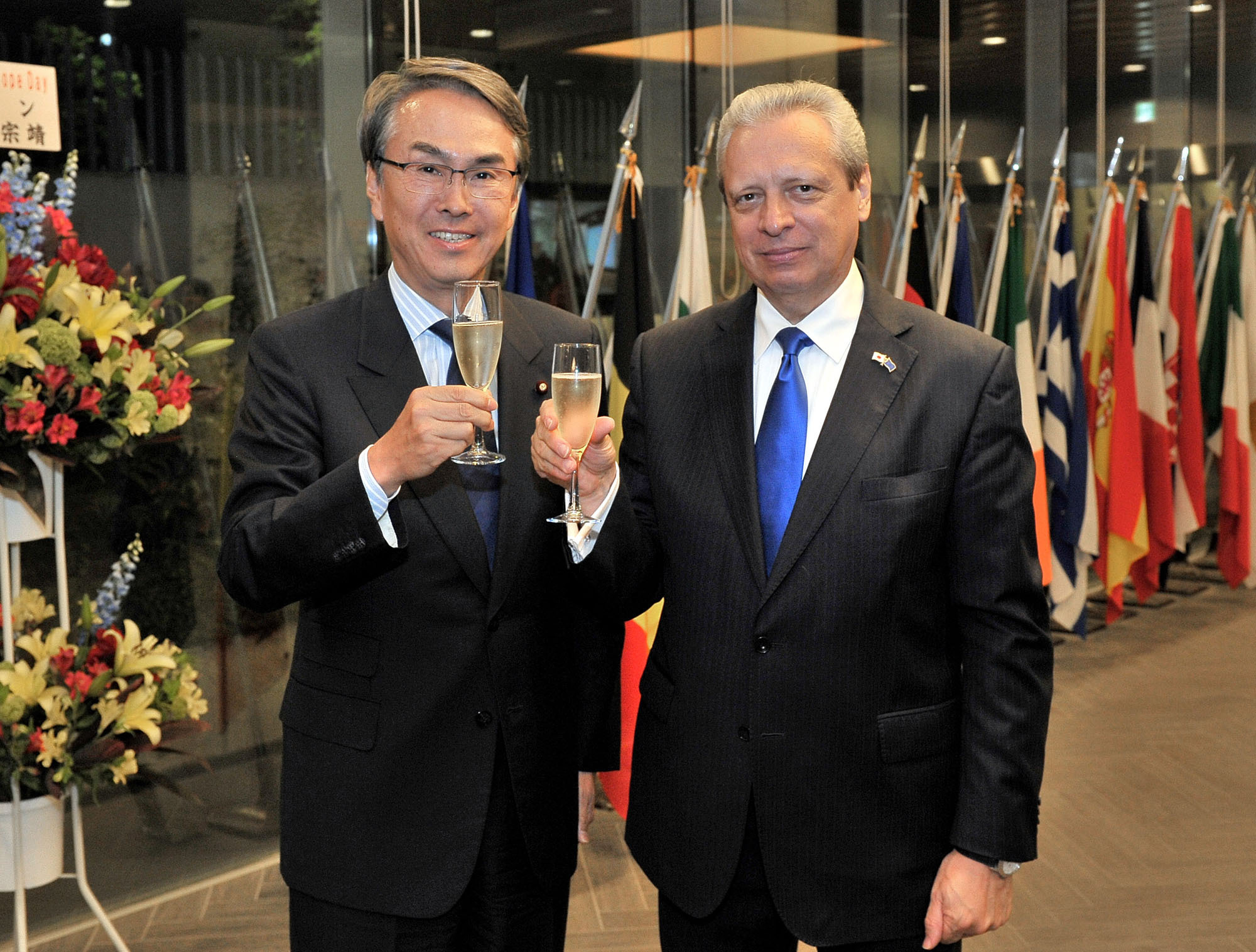 EU Ambassador Viorel Isticioaia-Budura (right) greets Nobuteru Ishihara, minister in charge of economic revitalization and chairman of the EU-Japan Parliamentary League of Friendship, during a reception to mark Europe Day in Tokyo on May 9. |  YOSHIAKI MIURA