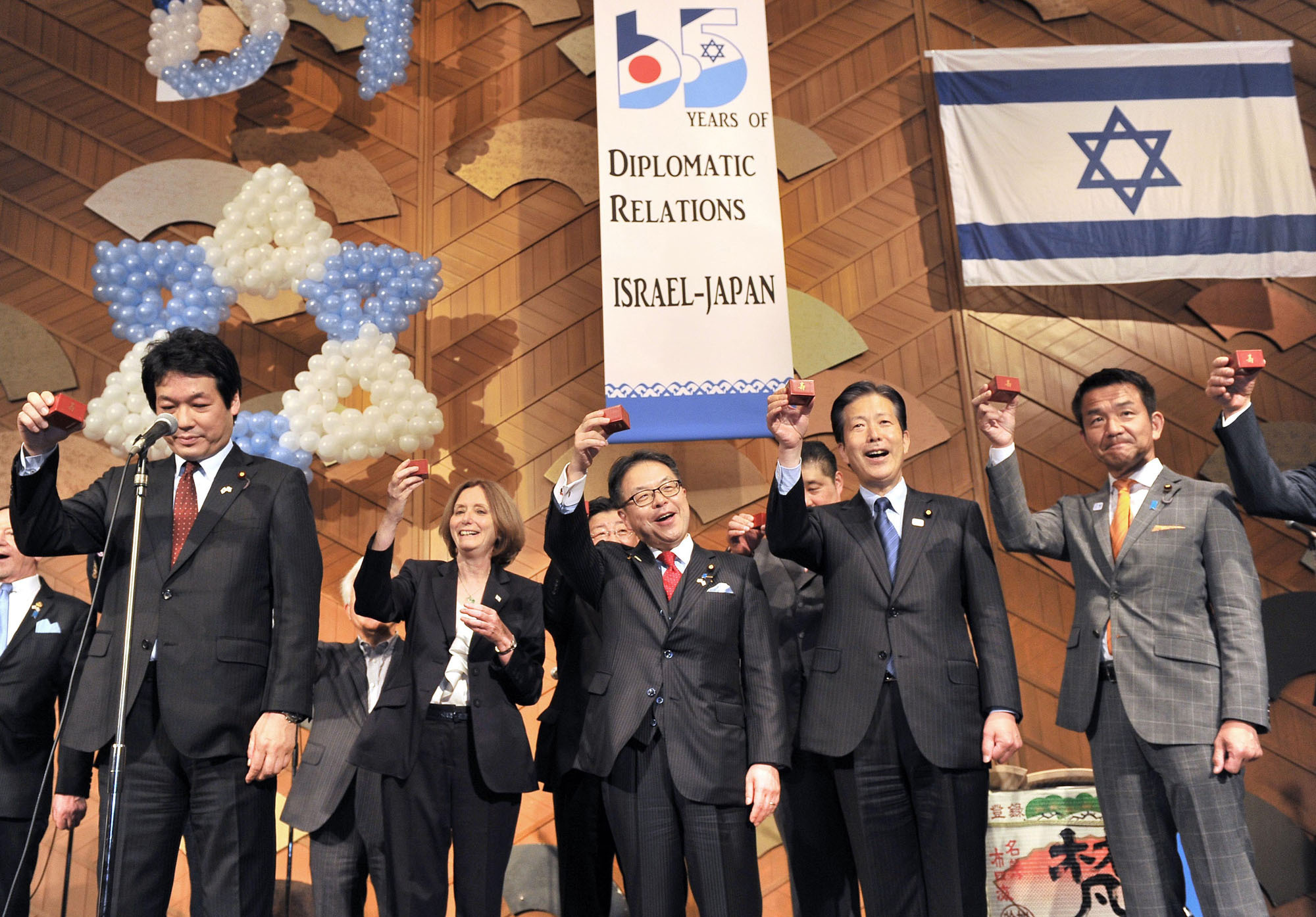 Israeli Ambassador Ruth Kahanoff (second from left) cerebrates Israel's Independence Day and the 65th anniversary of diplomatic relations between Israel and Japan with (from left) Deputy Foreign Minister Kentaro Sonoura; Economy, Trade and Industry Minister Hiroshige Seko; Komeito President Natsuo Yamaguchi; and Parliamentary Vice Foreign Minister Kiyoshi Odawara during a reception at Hotel New Otani in Tokyo on May 11. |  YOSHIAKI MIURA