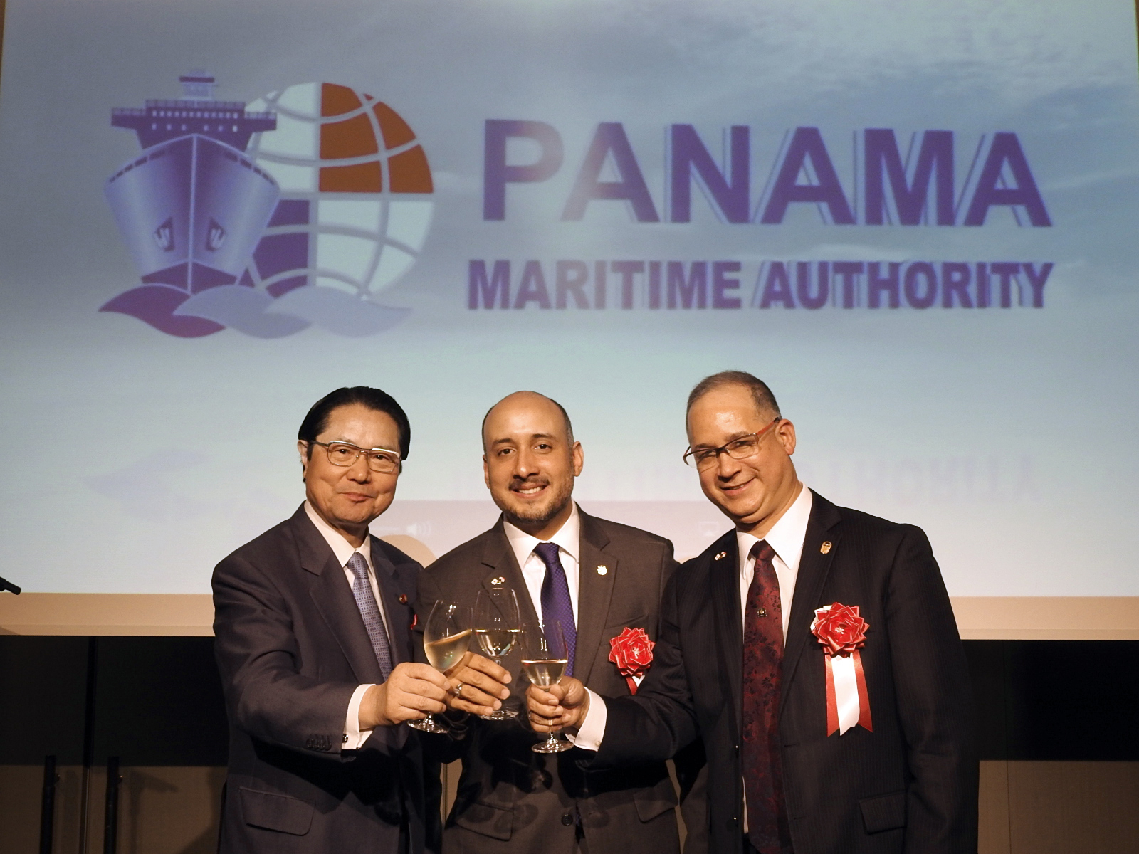 Minister for Maritime Affairs Jorge Barakat (center)raises a toast with Seishiro Eto (left), president of the Panama-Japan Inter-Parliamentary League, and Ambassador of Panama to Japan Ritter N. Diaz, during a reception at the Palace Hotel Tokyo on May 22. |  COURTESY OF PANAMA EMBASSY