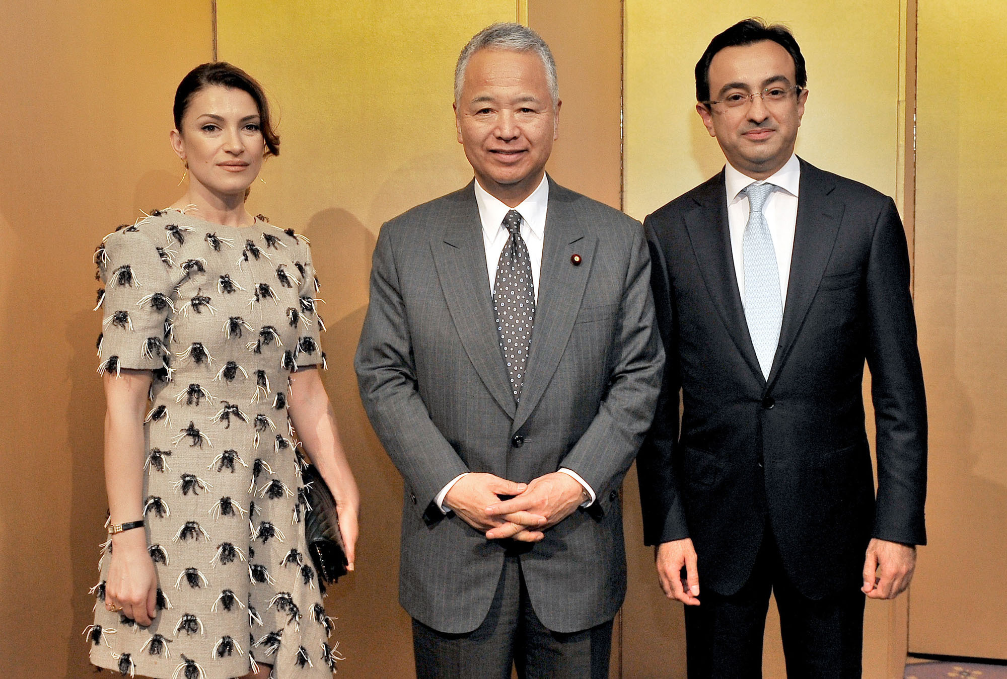 Azerbaijan Ambassador Gursel Ismayilzada (right) and his wife, Rana, welcome Japan-Azerbaijan Parliamentary Friendship League Chairman Akira Amari during a reception at Hotel Okura Tokyo on May 25 to celebrate the 25th anniversary of the establishment of diplomatic relations between Japan and Azerbaijan. |  YOSHIAKI MIURA
