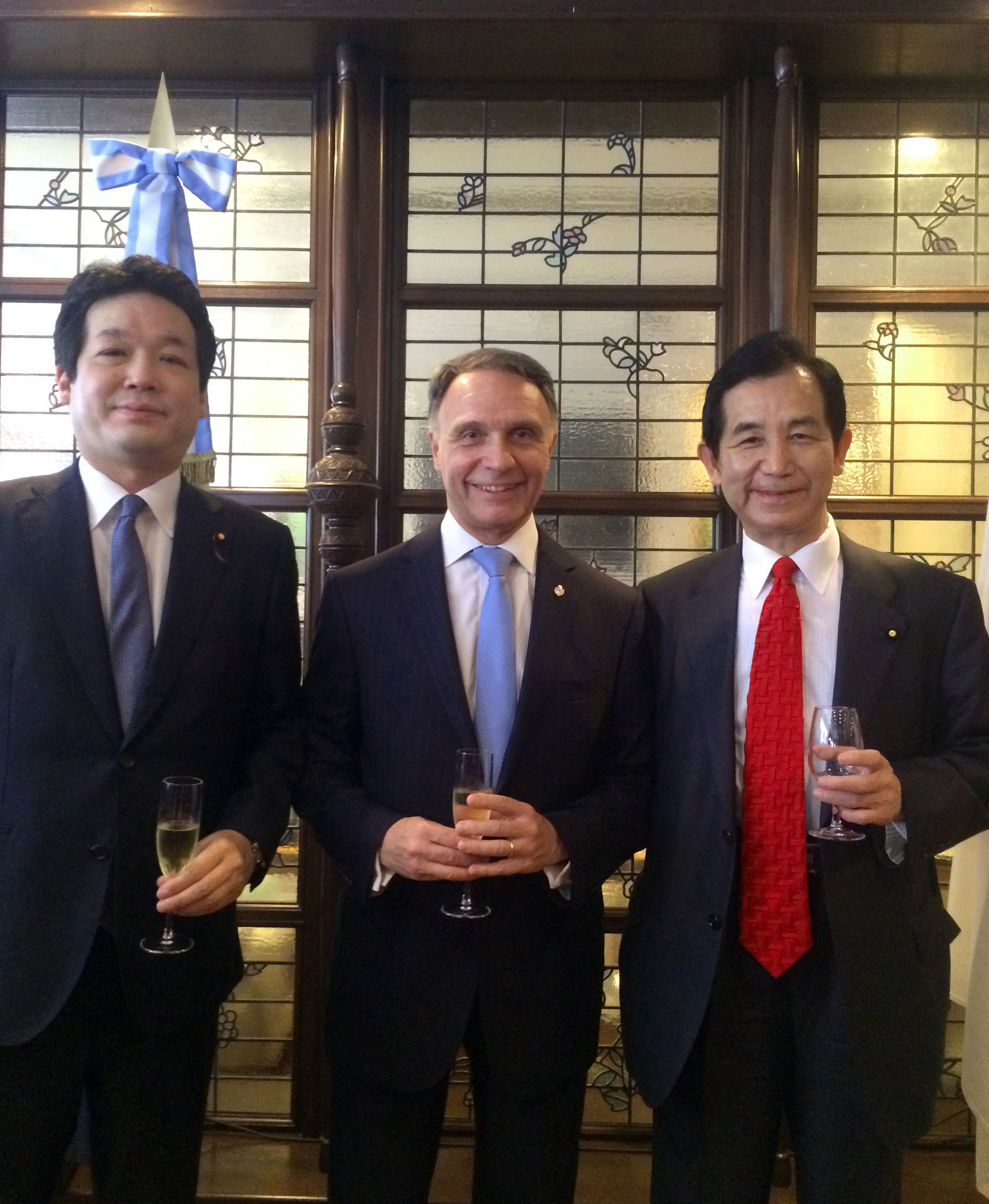 Argentine Ambassador Alan Beraud (center) poses with State Minister for Foreign Affairs Kentaro Sonoura (left) and Kozo Yamamoto, minister of state for regional revitalization and chairman of the Japan-Argentina Parliamentarary Friendship League, during a reception in Tokyo on May 25 to celebrate Argentina's National Day. |   COURTESY OF THE ARGENTINE EMBASSY