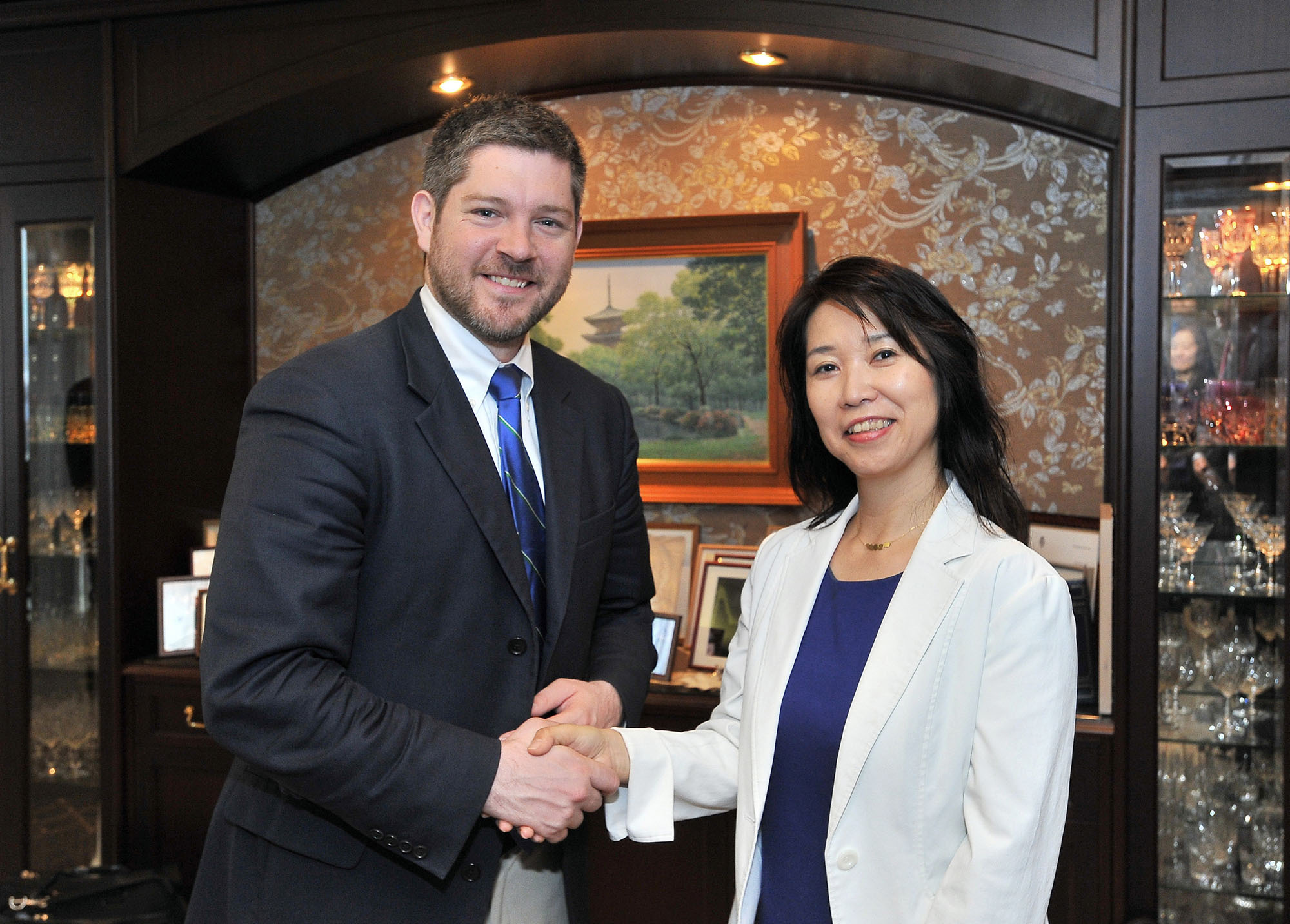 Sam Potolicchio, director of Global and Custom Education at the McCourt School of Public Policy at Georgetown University, meets Japan Times Managing Editor Sayuri Daimon during a courtesy visit to the Tokyo office on May 30. |  YOSHIAKI MIURA